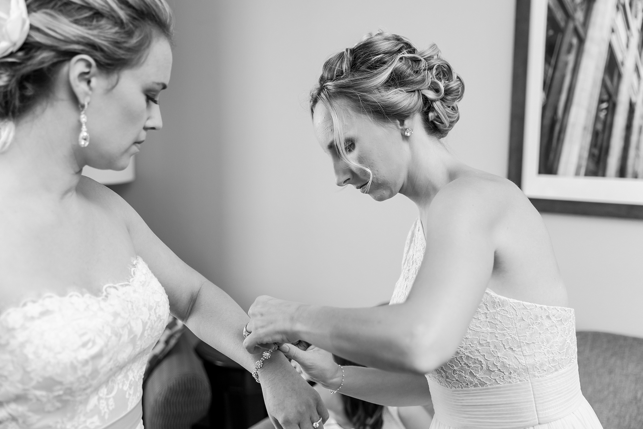 fun-candid-laid-back-wedding-photos-at-wellers-carriage-house-in-saline-michigan-and-at-the-eagle-crest-golf-resort-by-courtney-carolyn-photography_0014.jpg