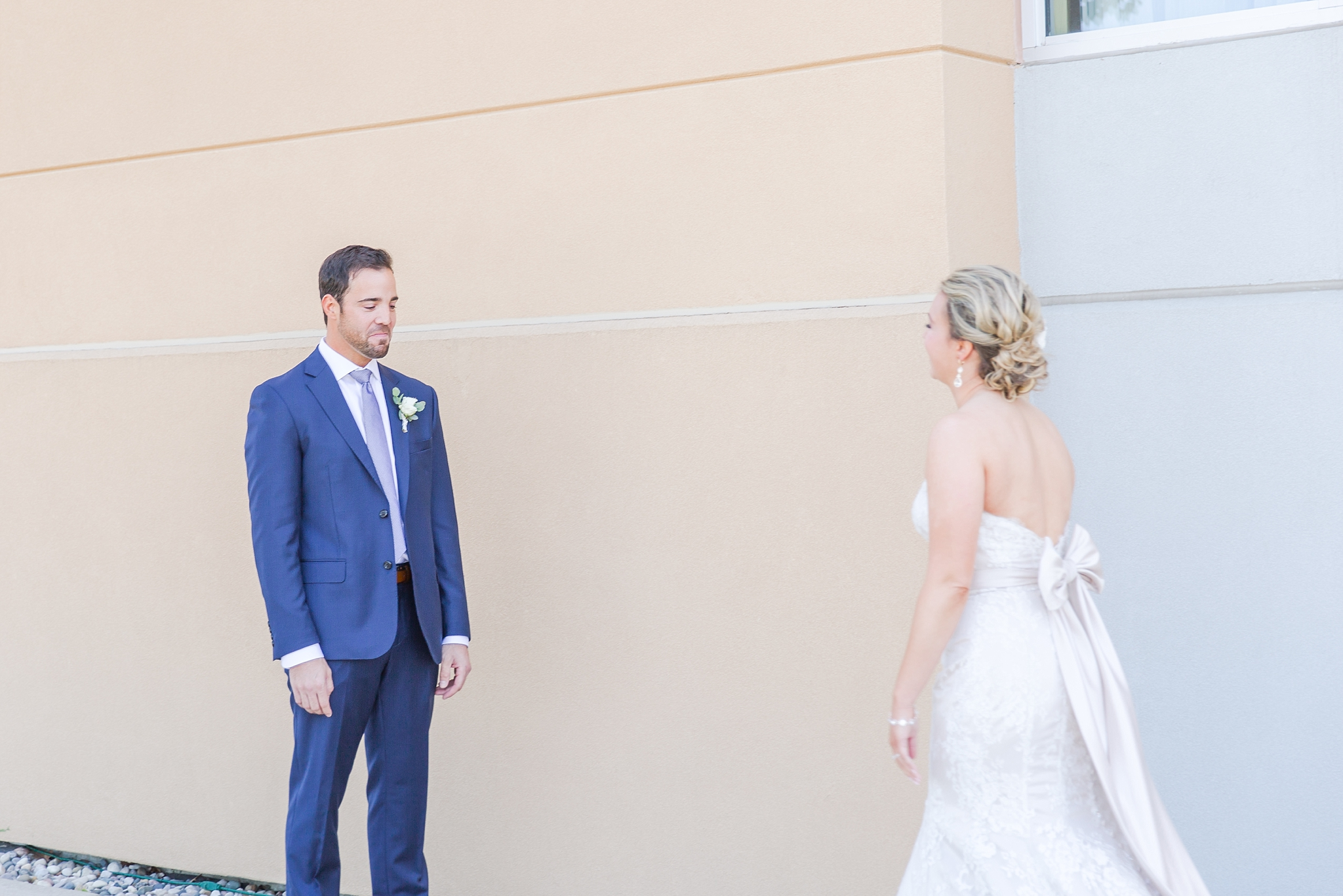 fun-candid-laid-back-wedding-photos-at-wellers-carriage-house-in-saline-michigan-and-at-the-eagle-crest-golf-resort-by-courtney-carolyn-photography_0019.jpg