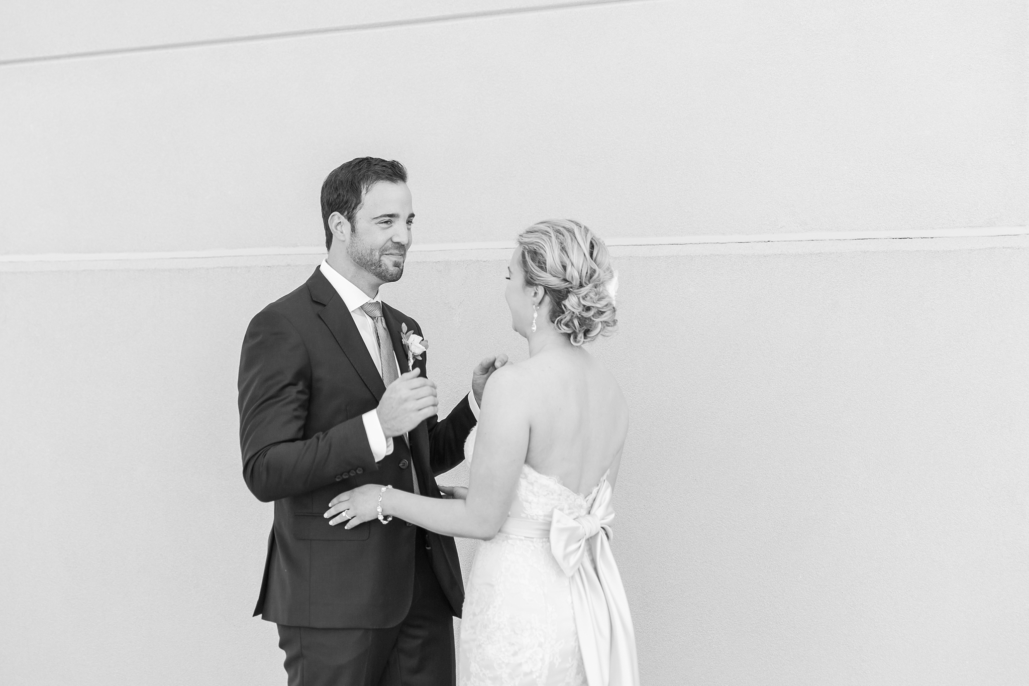 fun-candid-laid-back-wedding-photos-at-wellers-carriage-house-in-saline-michigan-and-at-the-eagle-crest-golf-resort-by-courtney-carolyn-photography_0021.jpg