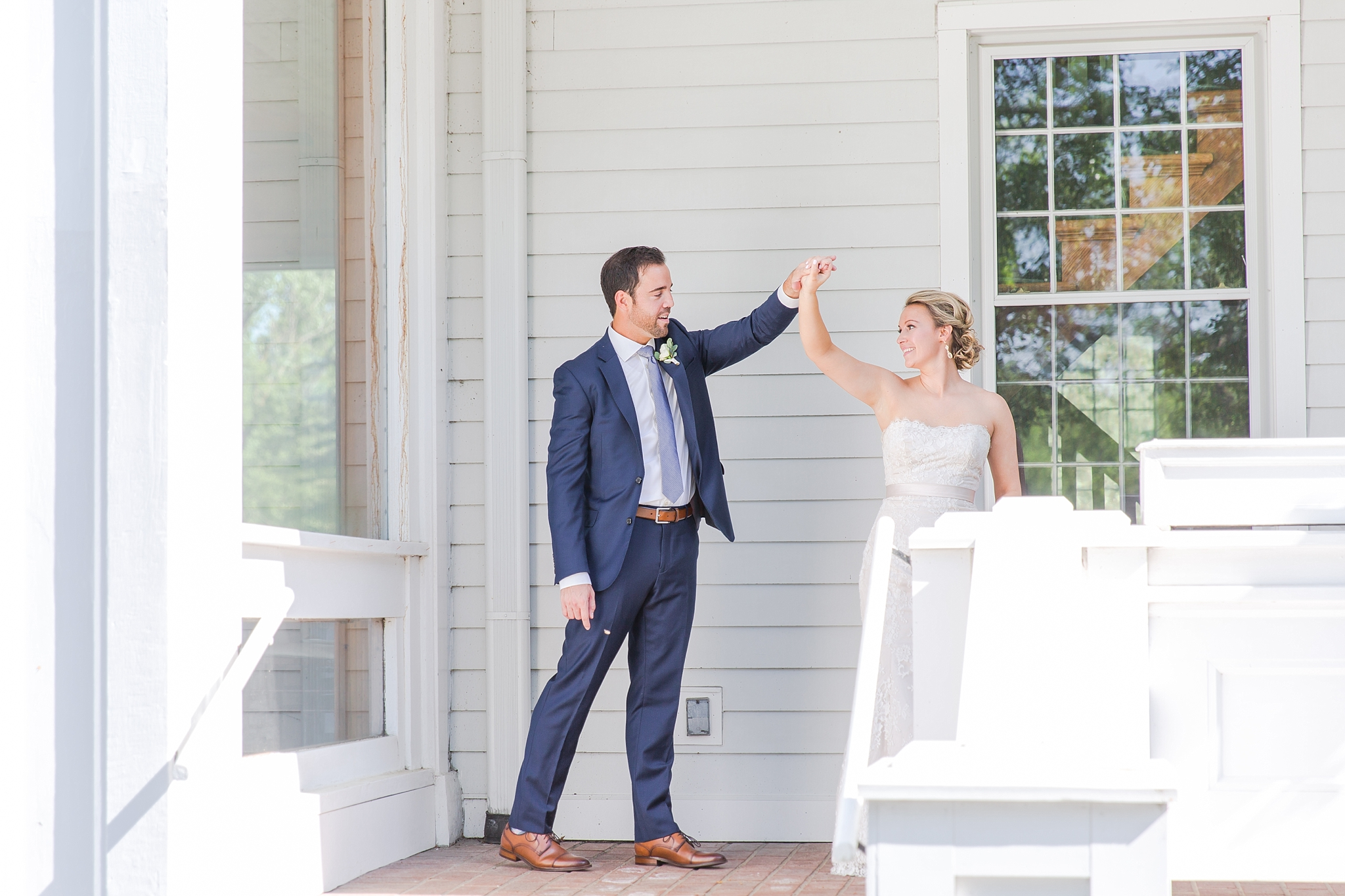 fun-candid-laid-back-wedding-photos-at-wellers-carriage-house-in-saline-michigan-and-at-the-eagle-crest-golf-resort-by-courtney-carolyn-photography_0027.jpg