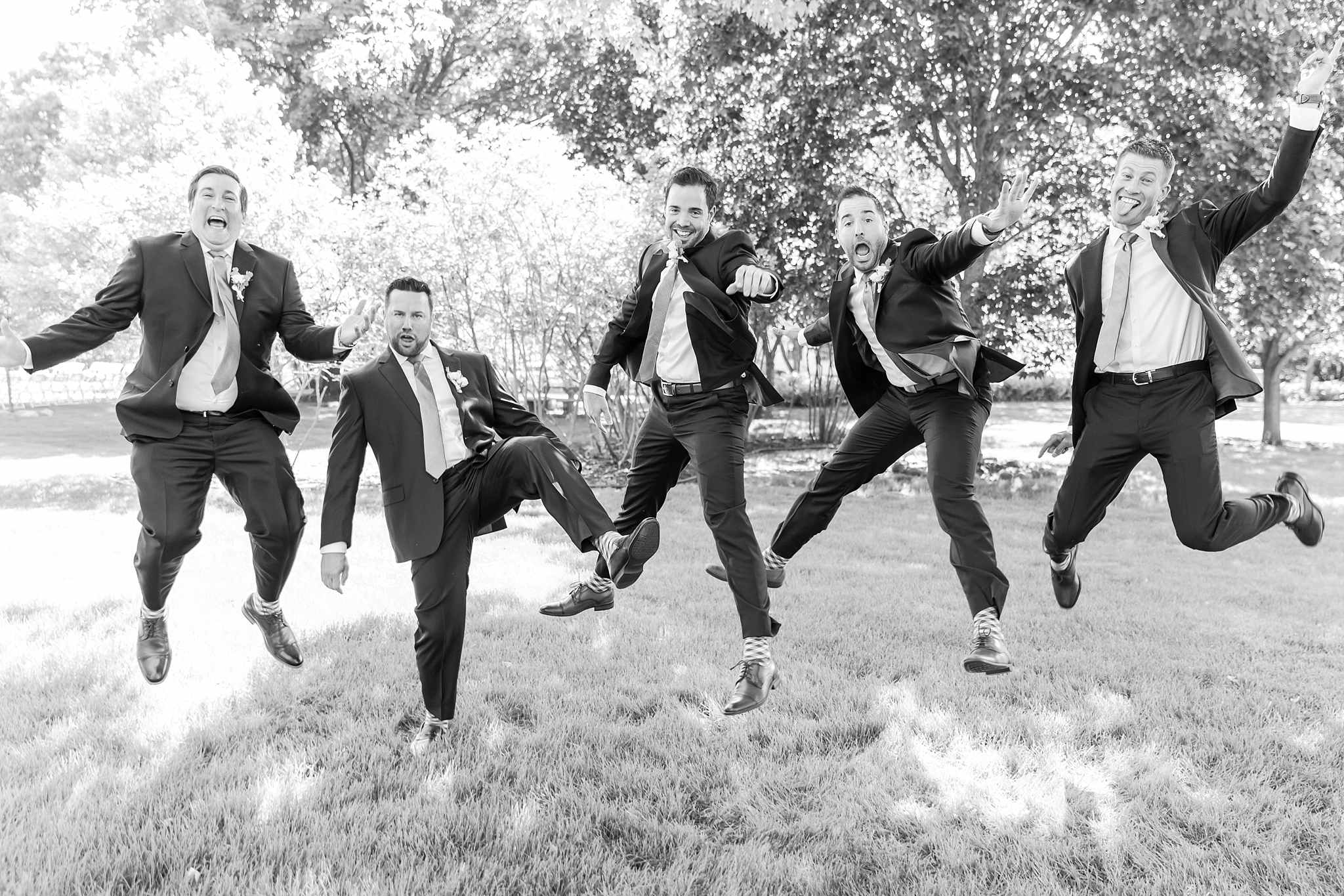 fun-candid-laid-back-wedding-photos-at-wellers-carriage-house-in-saline-michigan-and-at-the-eagle-crest-golf-resort-by-courtney-carolyn-photography_0036.jpg