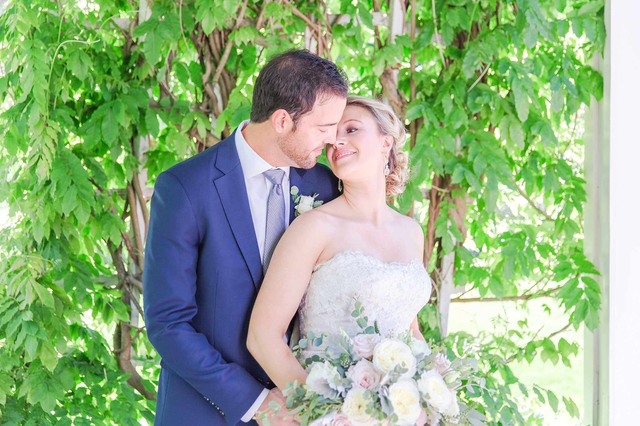 fun-candid-laid-back-wedding-photos-at-wellers-carriage-house-in-saline-michigan-and-at-the-eagle-crest-golf-resort-by-courtney-carolyn-photography_0040.jpg