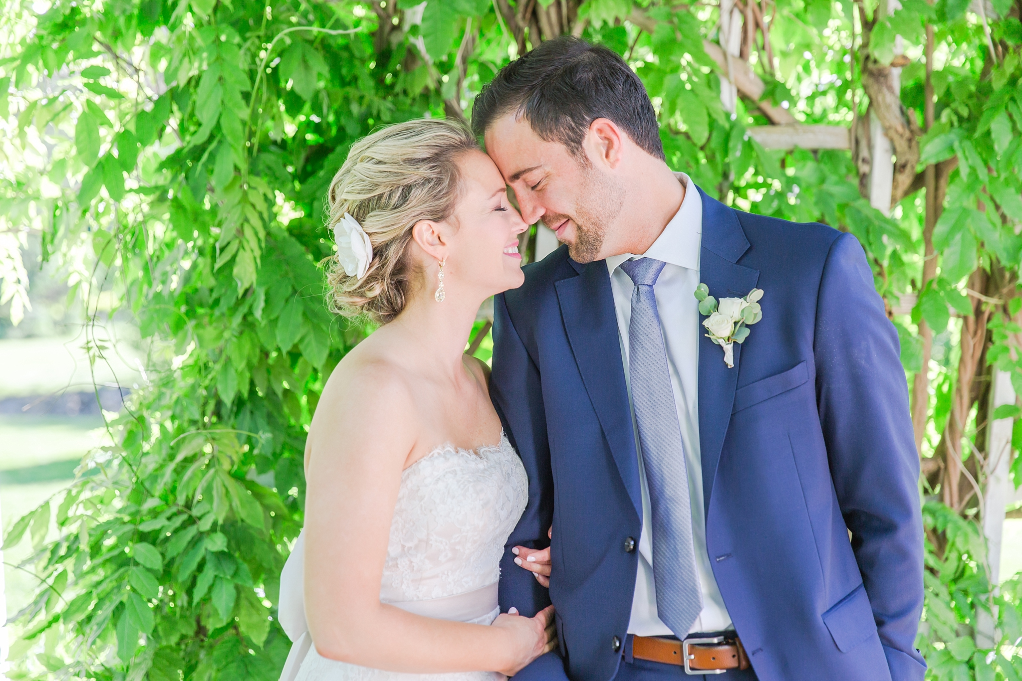 fun-candid-laid-back-wedding-photos-at-wellers-carriage-house-in-saline-michigan-and-at-the-eagle-crest-golf-resort-by-courtney-carolyn-photography_0050.jpg
