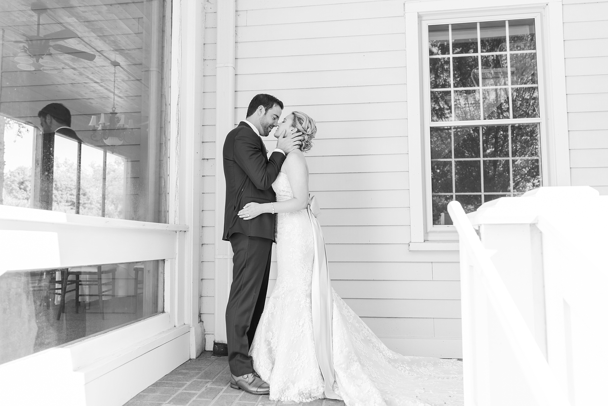 fun-candid-laid-back-wedding-photos-at-wellers-carriage-house-in-saline-michigan-and-at-the-eagle-crest-golf-resort-by-courtney-carolyn-photography_0057.jpg