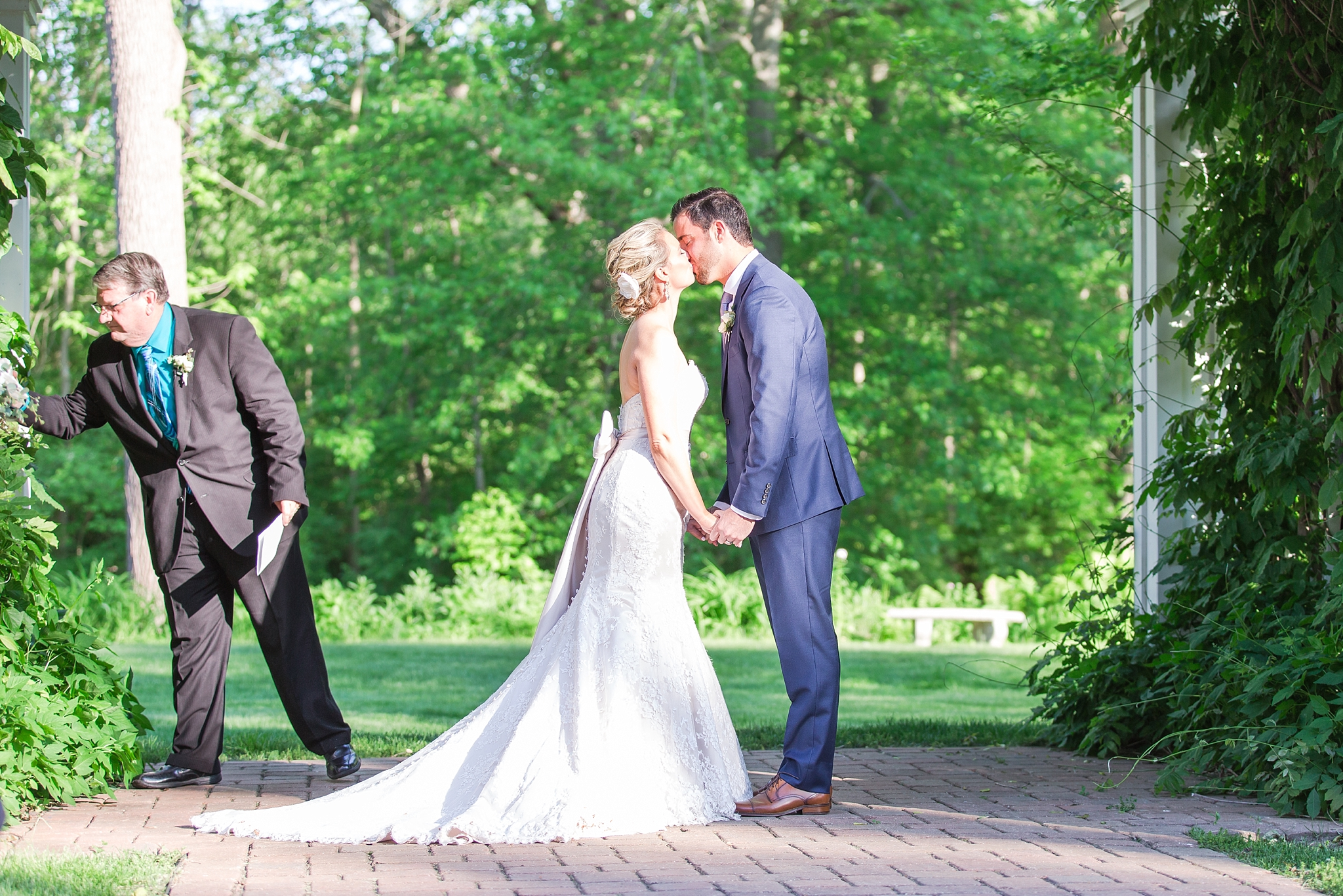 fun-candid-laid-back-wedding-photos-at-wellers-carriage-house-in-saline-michigan-and-at-the-eagle-crest-golf-resort-by-courtney-carolyn-photography_0071.jpg