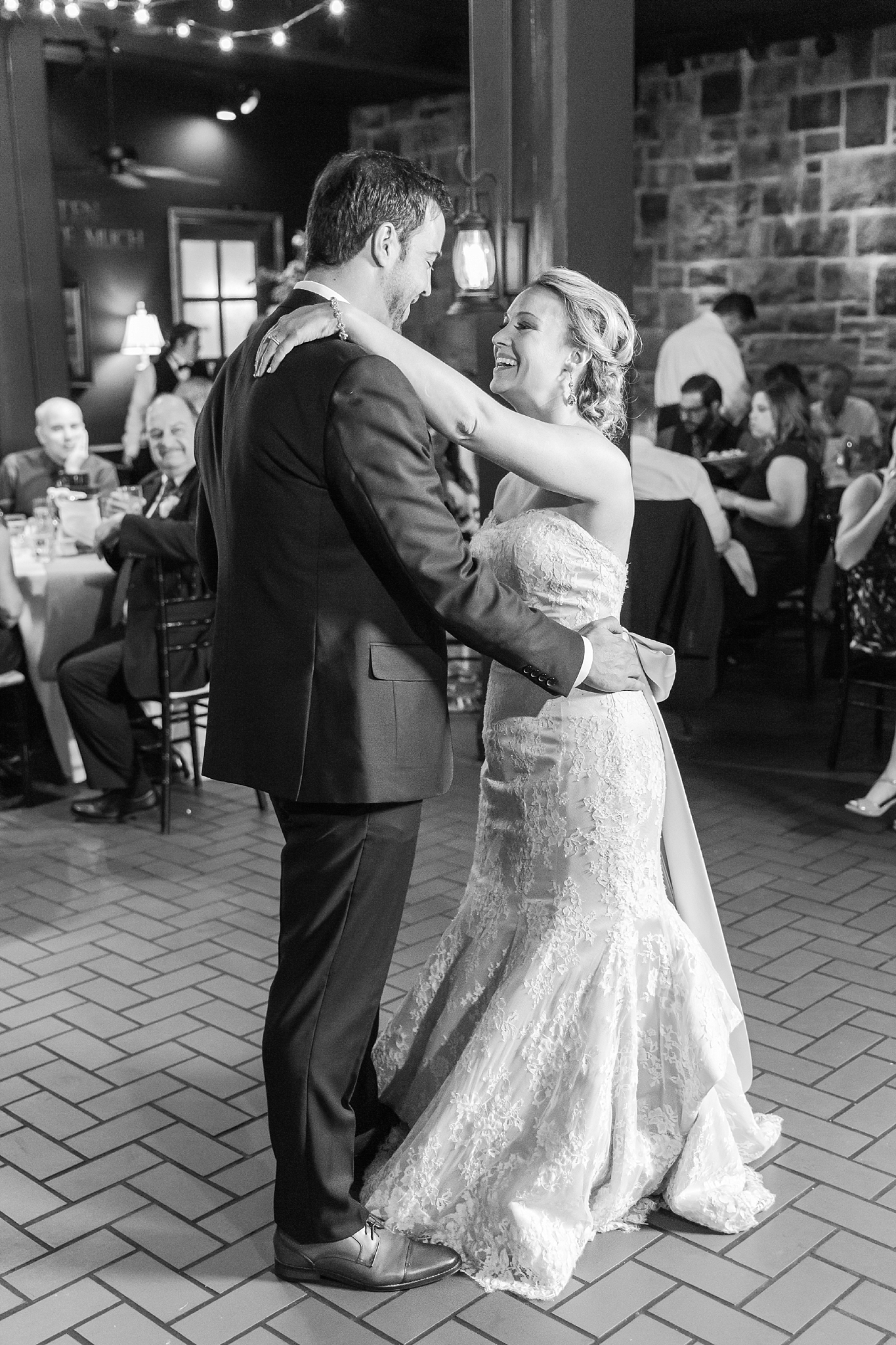 fun-candid-laid-back-wedding-photos-at-wellers-carriage-house-in-saline-michigan-and-at-the-eagle-crest-golf-resort-by-courtney-carolyn-photography_0090.jpg