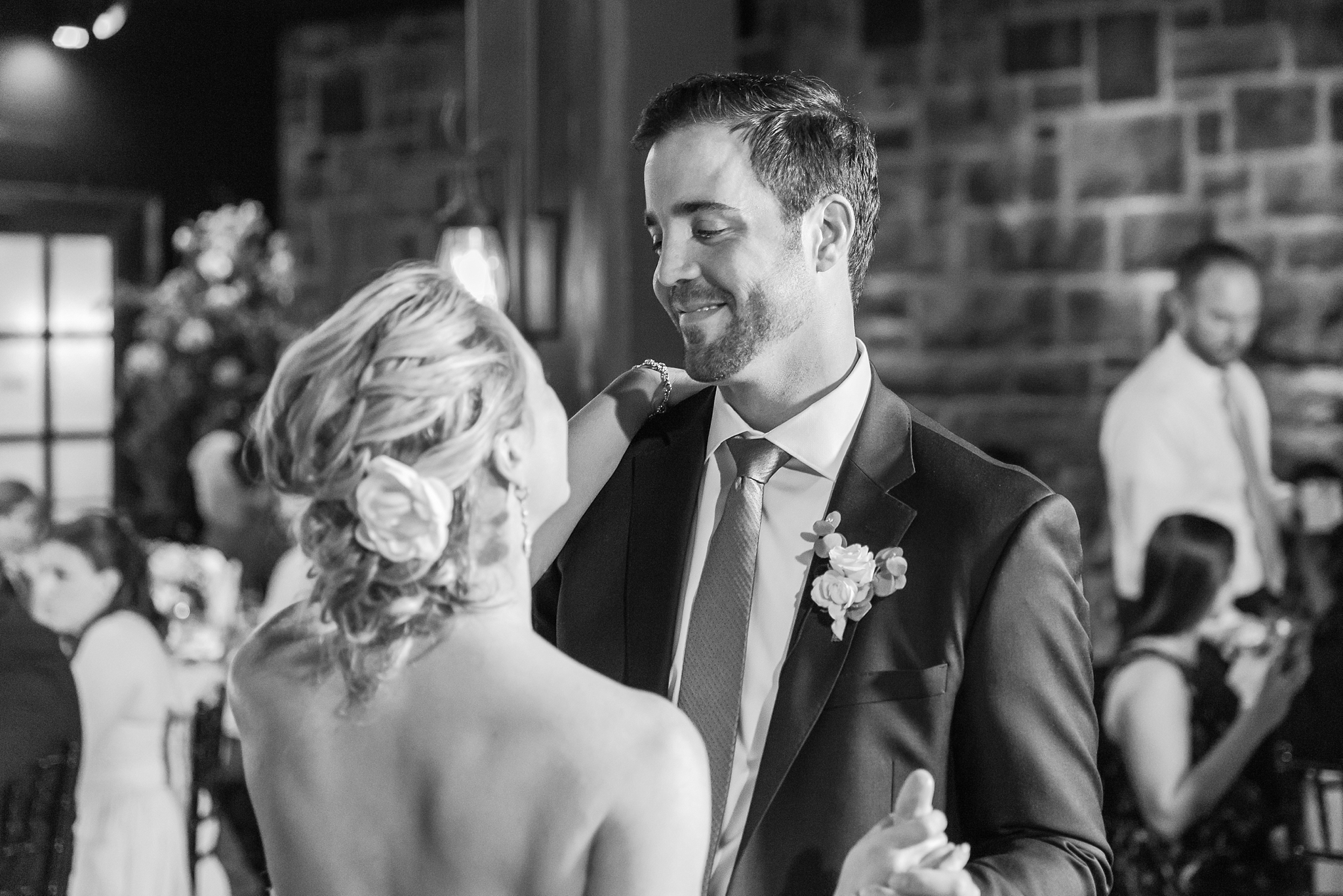 fun-candid-laid-back-wedding-photos-at-wellers-carriage-house-in-saline-michigan-and-at-the-eagle-crest-golf-resort-by-courtney-carolyn-photography_0093.jpg