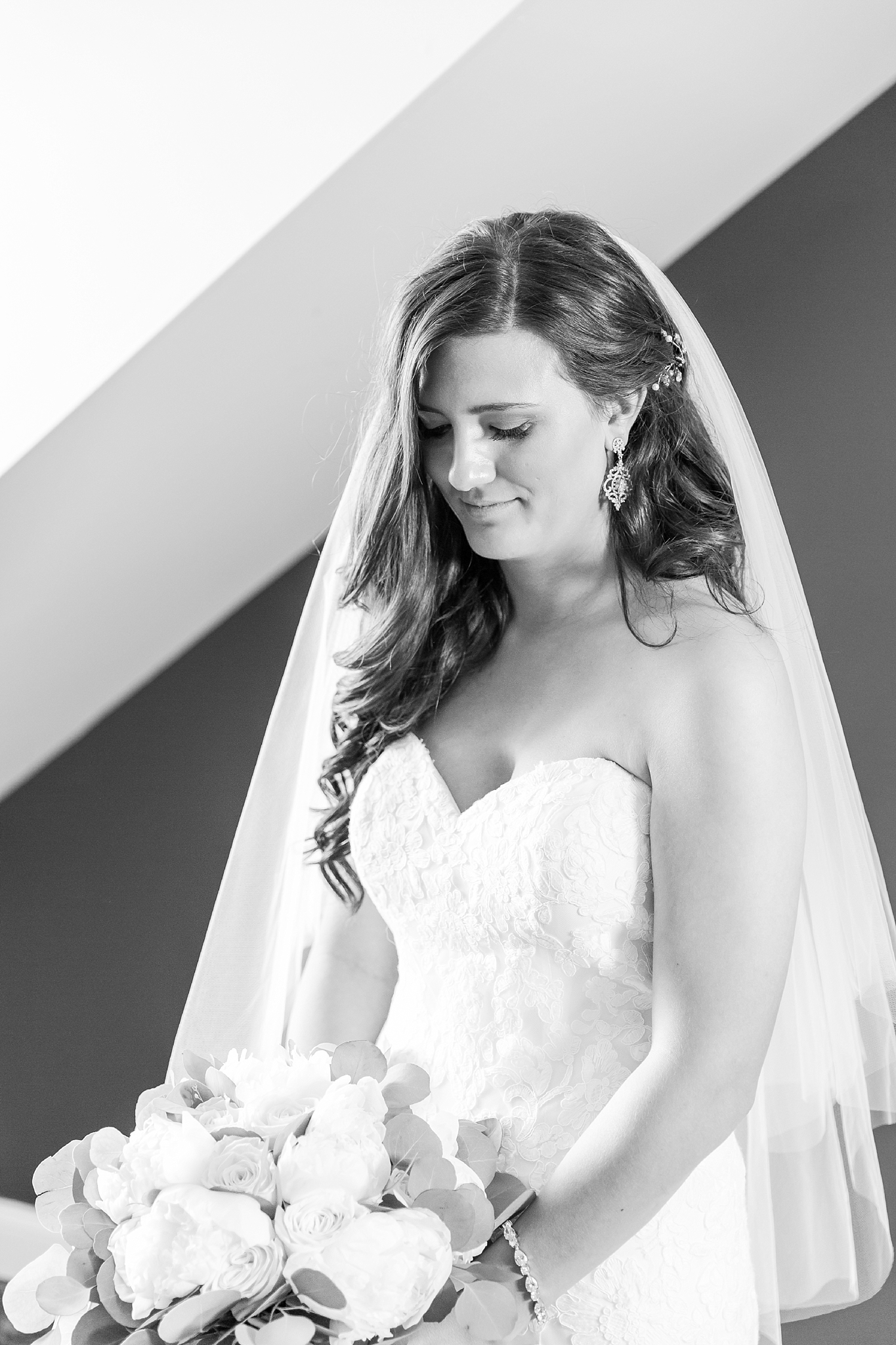 candid-timeless-wedding-photos-at-the-captains-club-in-grand-blanc-michigan-by-courtney-carolyn-photography_0022.jpg