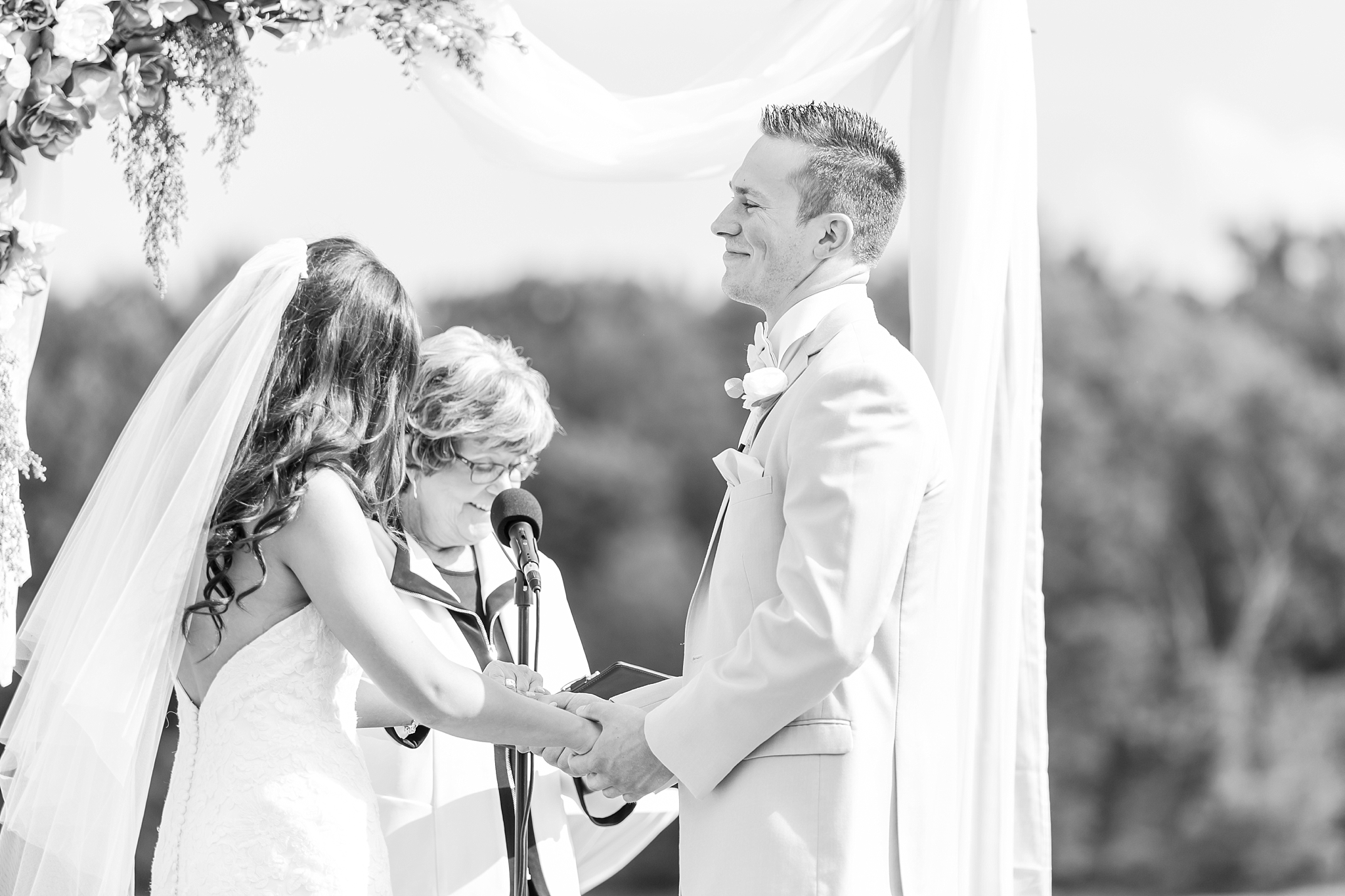 candid-timeless-wedding-photos-at-the-captains-club-in-grand-blanc-michigan-by-courtney-carolyn-photography_0047.jpg