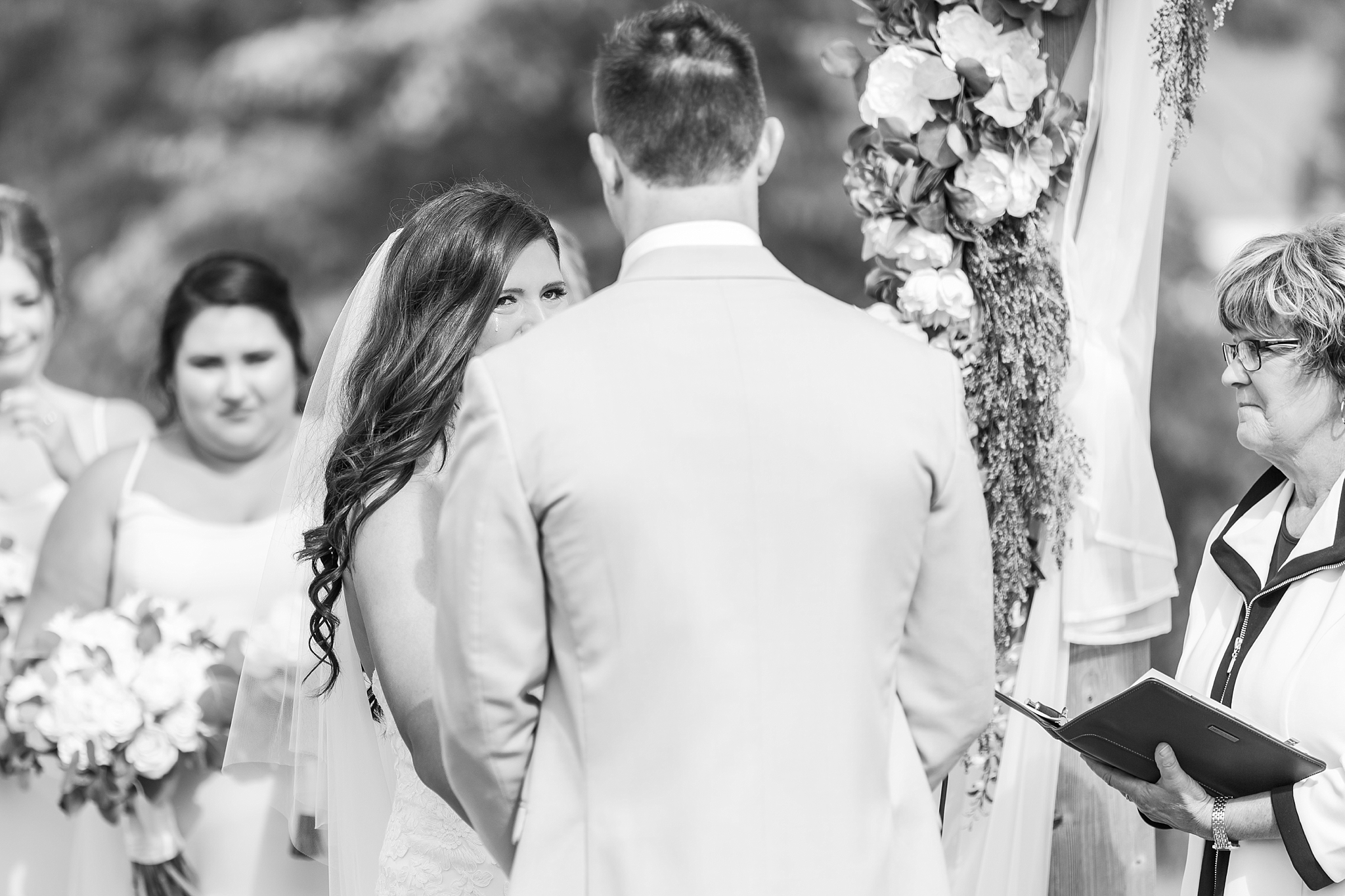 candid-timeless-wedding-photos-at-the-captains-club-in-grand-blanc-michigan-by-courtney-carolyn-photography_0048.jpg