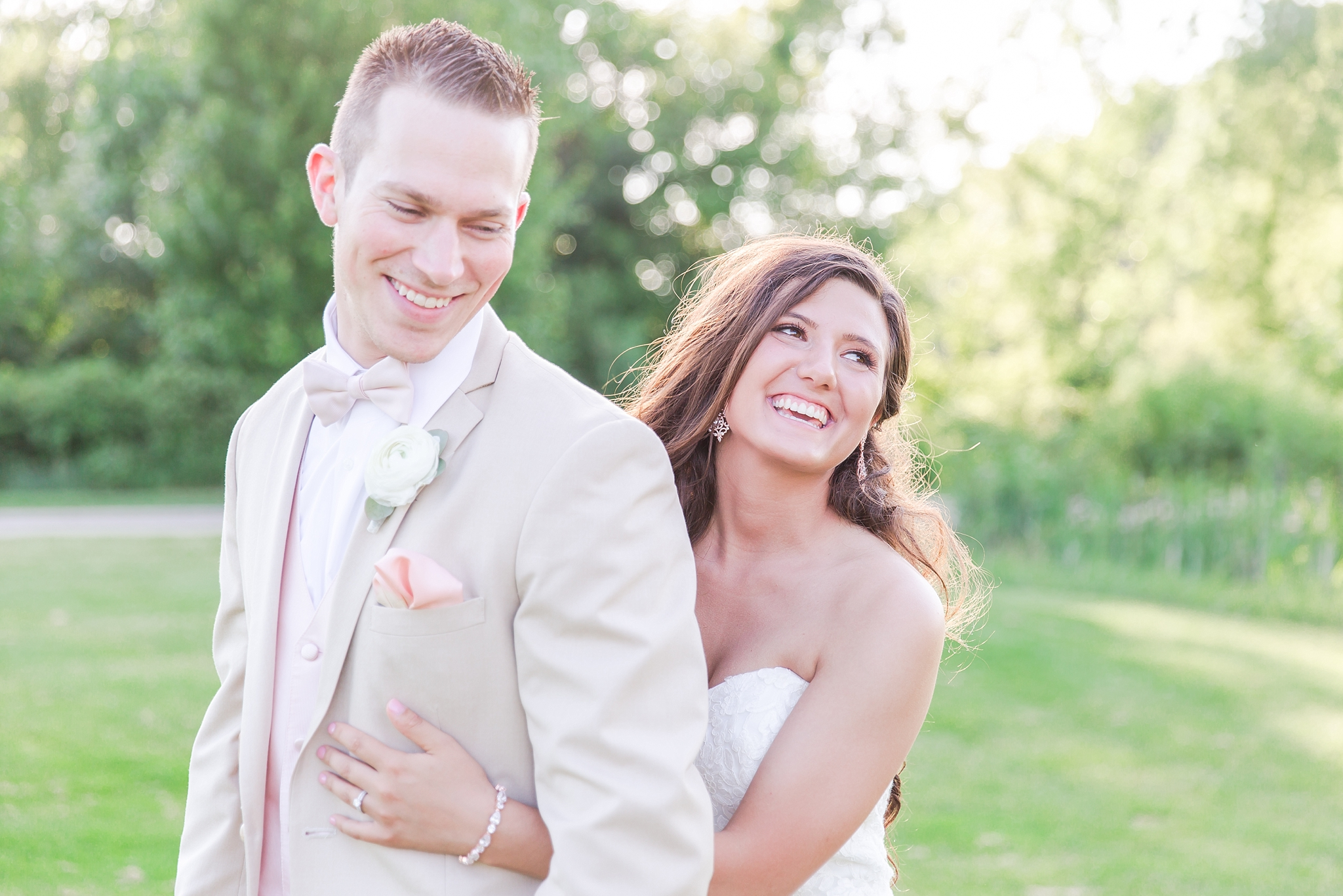 candid-timeless-wedding-photos-at-the-captains-club-in-grand-blanc-michigan-by-courtney-carolyn-photography_0057.jpg