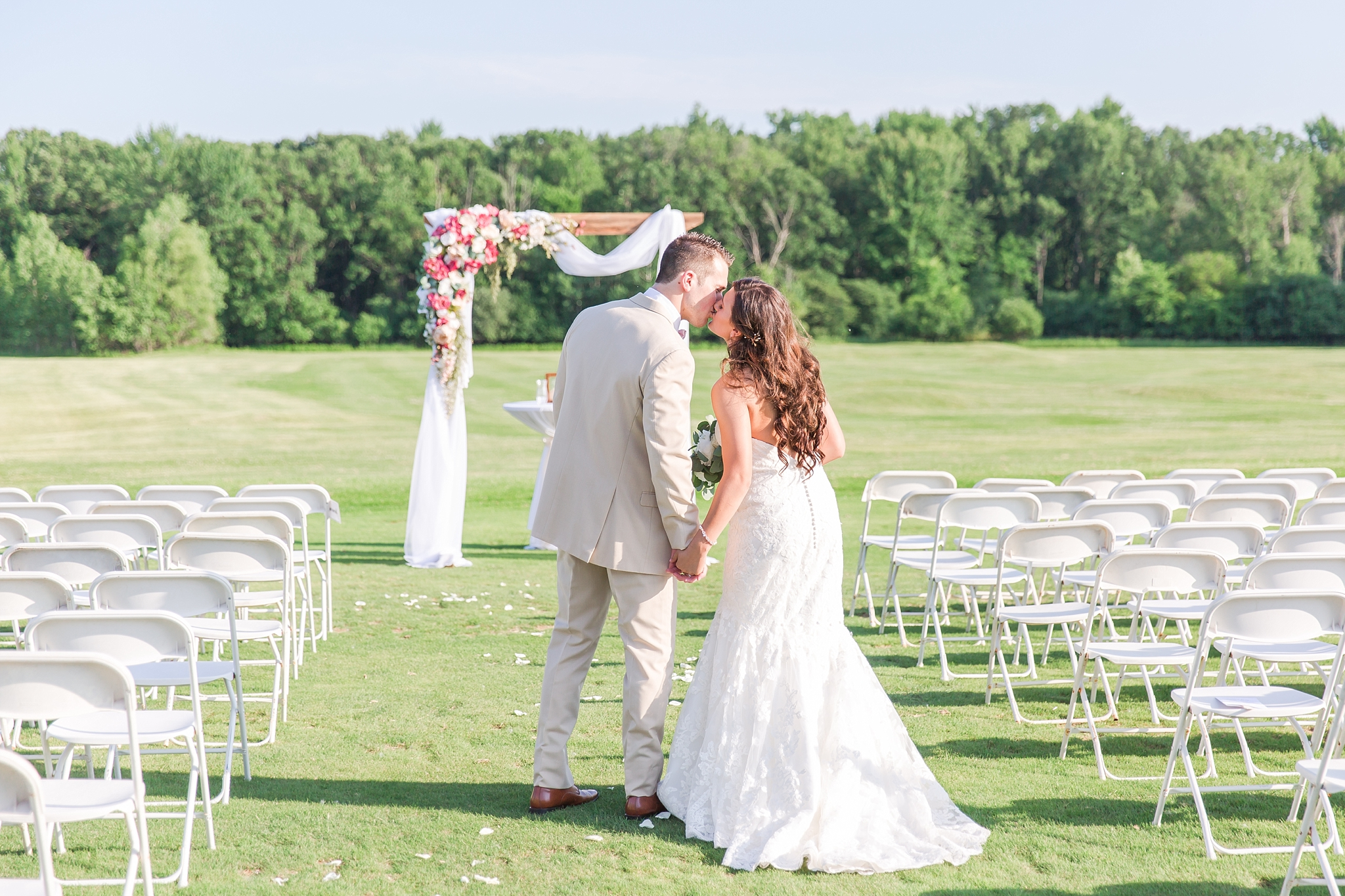 candid-timeless-wedding-photos-at-the-captains-club-in-grand-blanc-michigan-by-courtney-carolyn-photography_0059.jpg