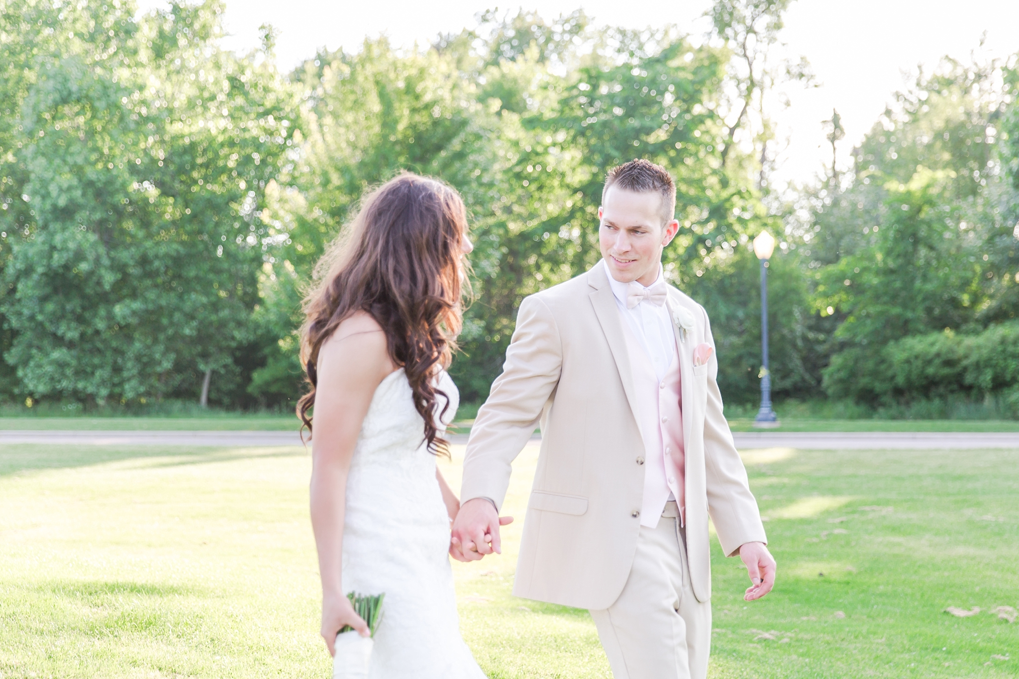 candid-timeless-wedding-photos-at-the-captains-club-in-grand-blanc-michigan-by-courtney-carolyn-photography_0074.jpg