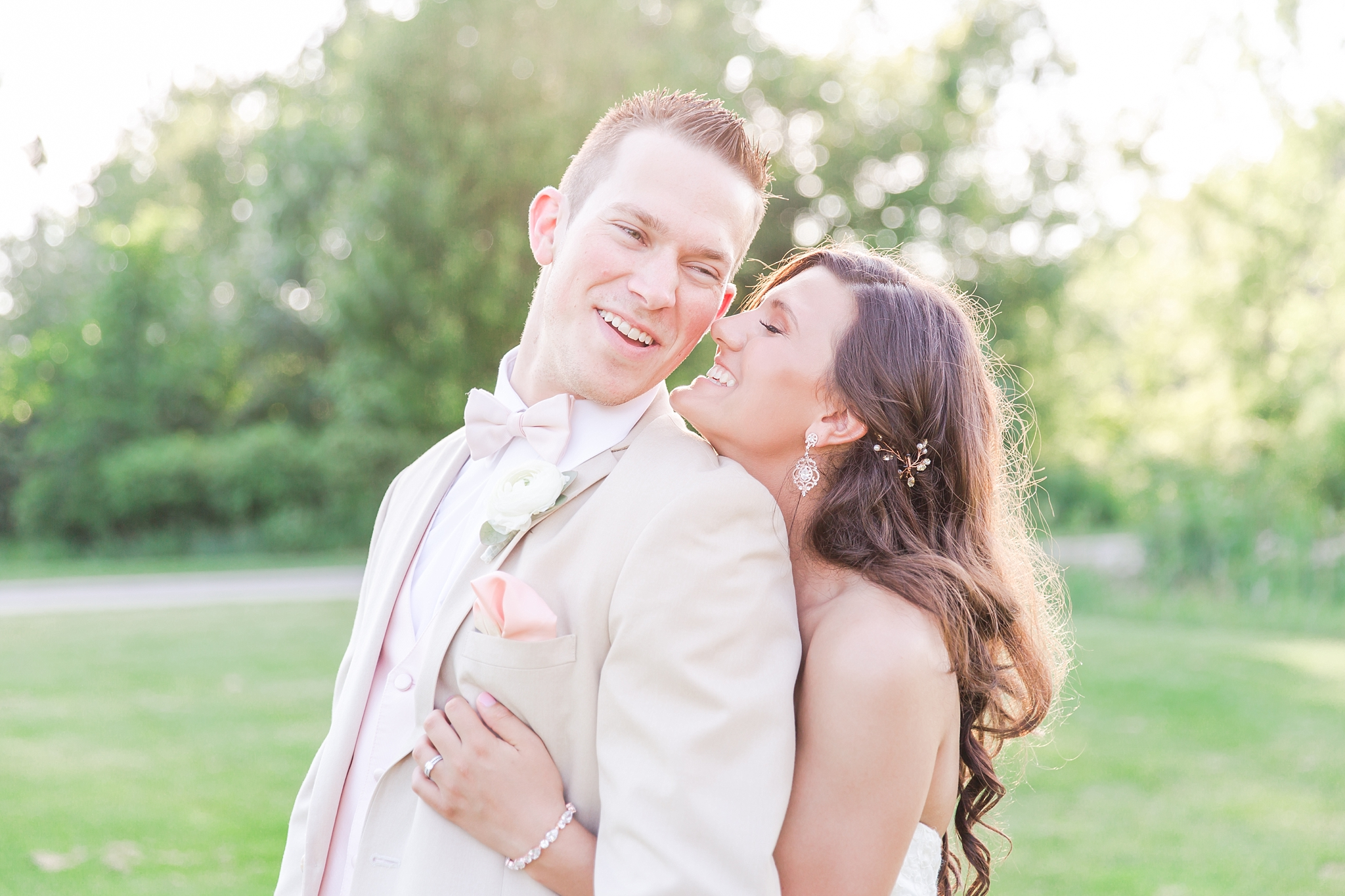 candid-timeless-wedding-photos-at-the-captains-club-in-grand-blanc-michigan-by-courtney-carolyn-photography_0079.jpg