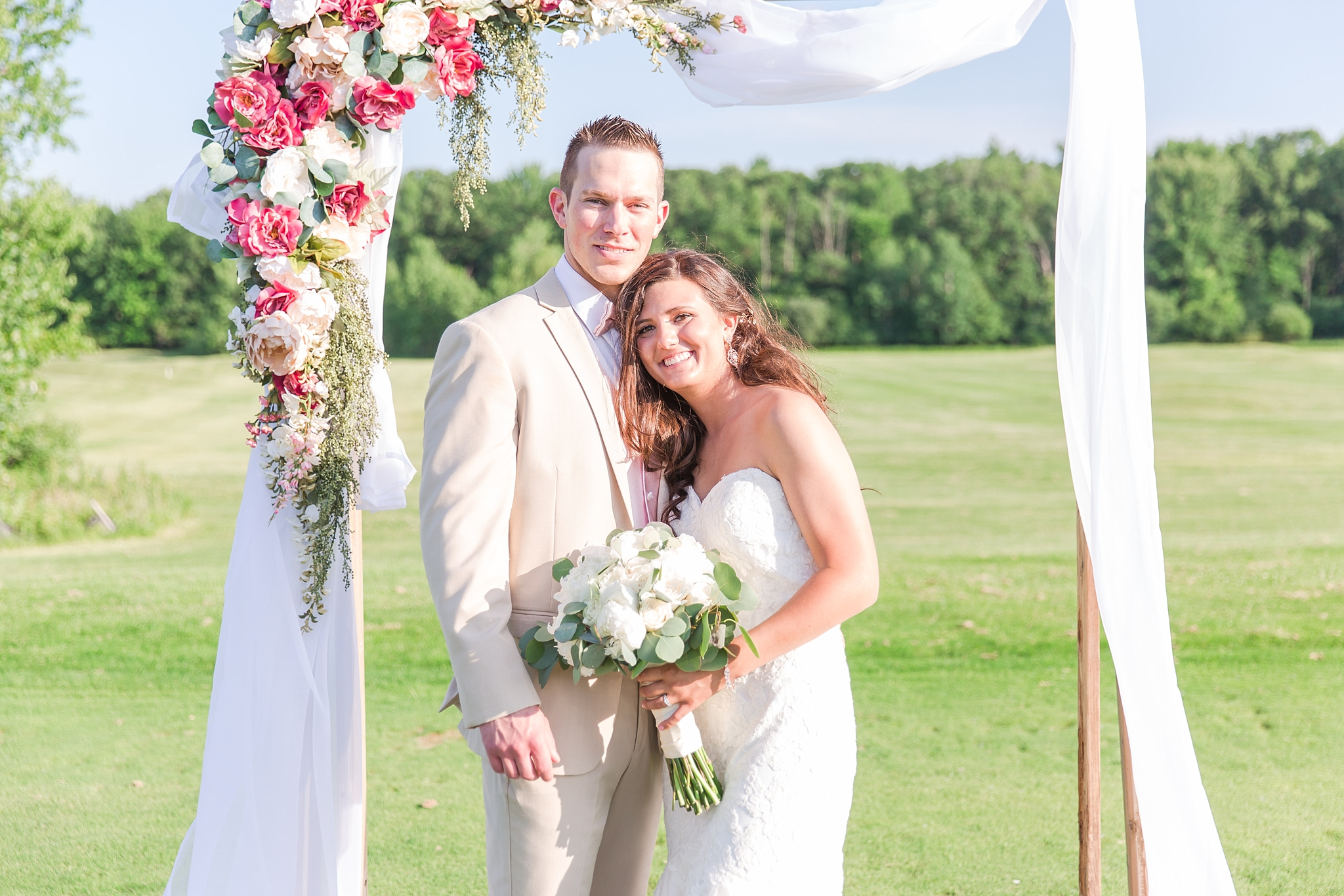 candid-timeless-wedding-photos-at-the-captains-club-in-grand-blanc-michigan-by-courtney-carolyn-photography_0083.jpg