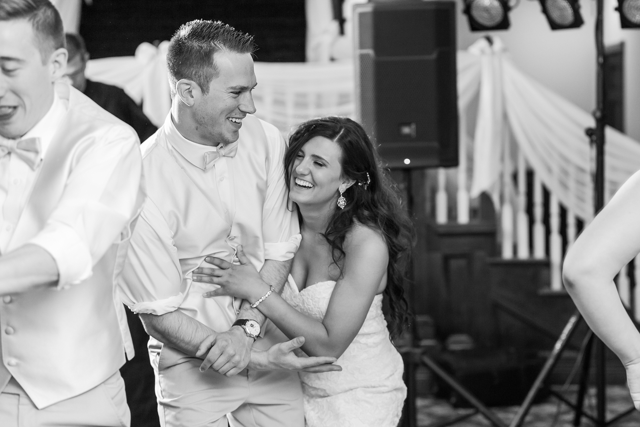 candid-timeless-wedding-photos-at-the-captains-club-in-grand-blanc-michigan-by-courtney-carolyn-photography_0113.jpg
