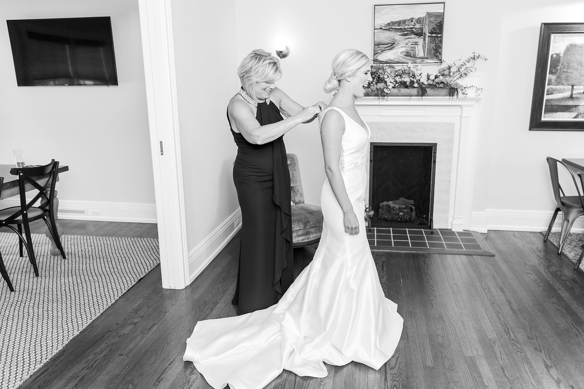 casually-chic-modern-wedding-photos-at-the-chapman-house-in-rochester-michigan-by-courtney-carolyn-photography_0006.jpg