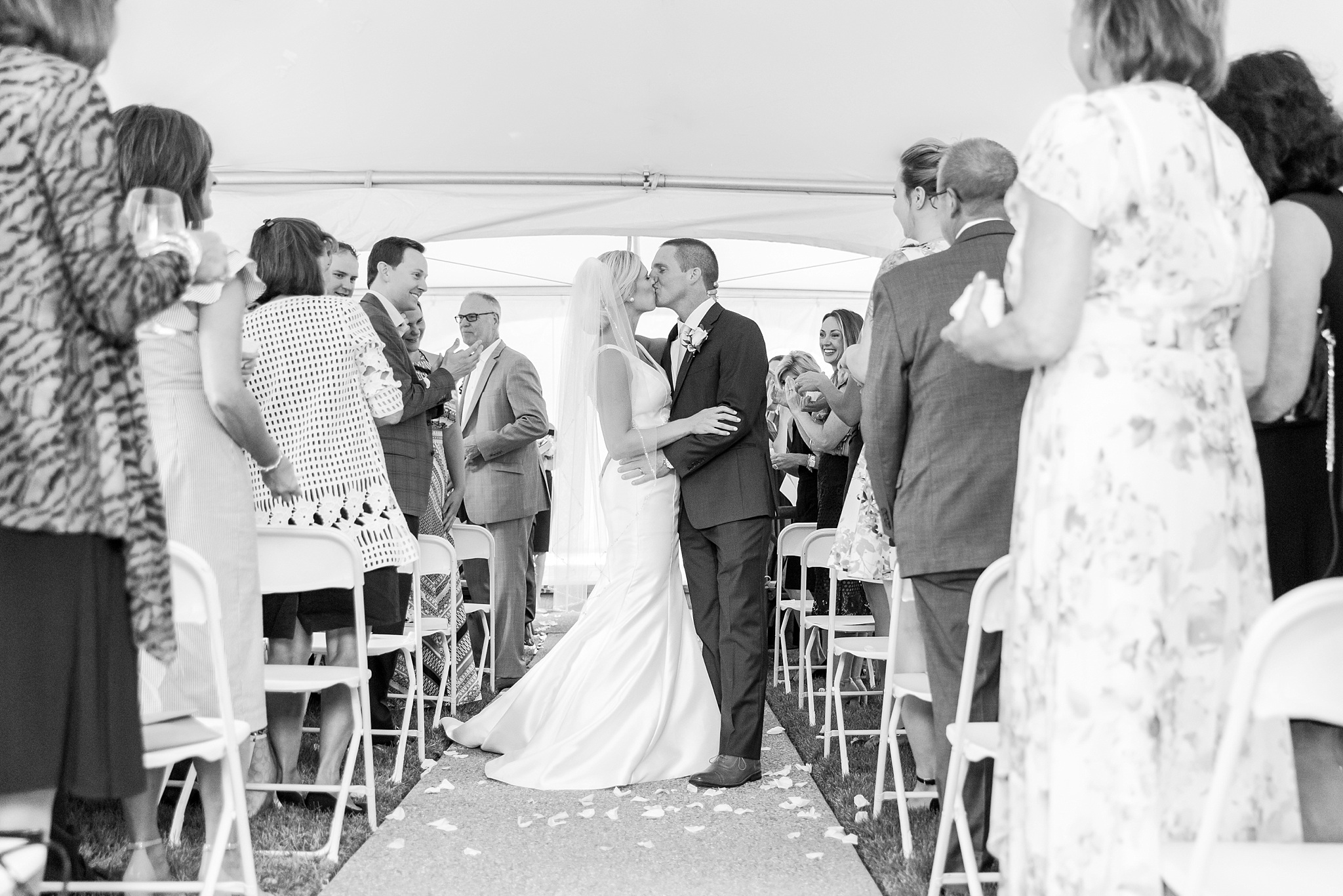 casually-chic-modern-wedding-photos-at-the-chapman-house-in-rochester-michigan-by-courtney-carolyn-photography_0044.jpg