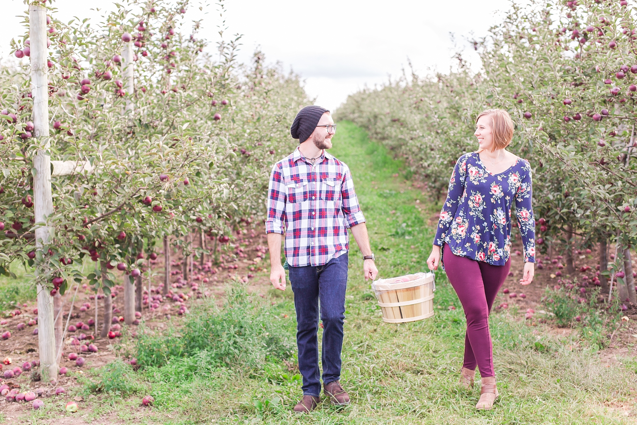 playful-fall-engagement-photos-at-hy's-cider-mill-ochard-in-bruce-township-michigan-by-courtney-carolyn-photography_0024.jpg