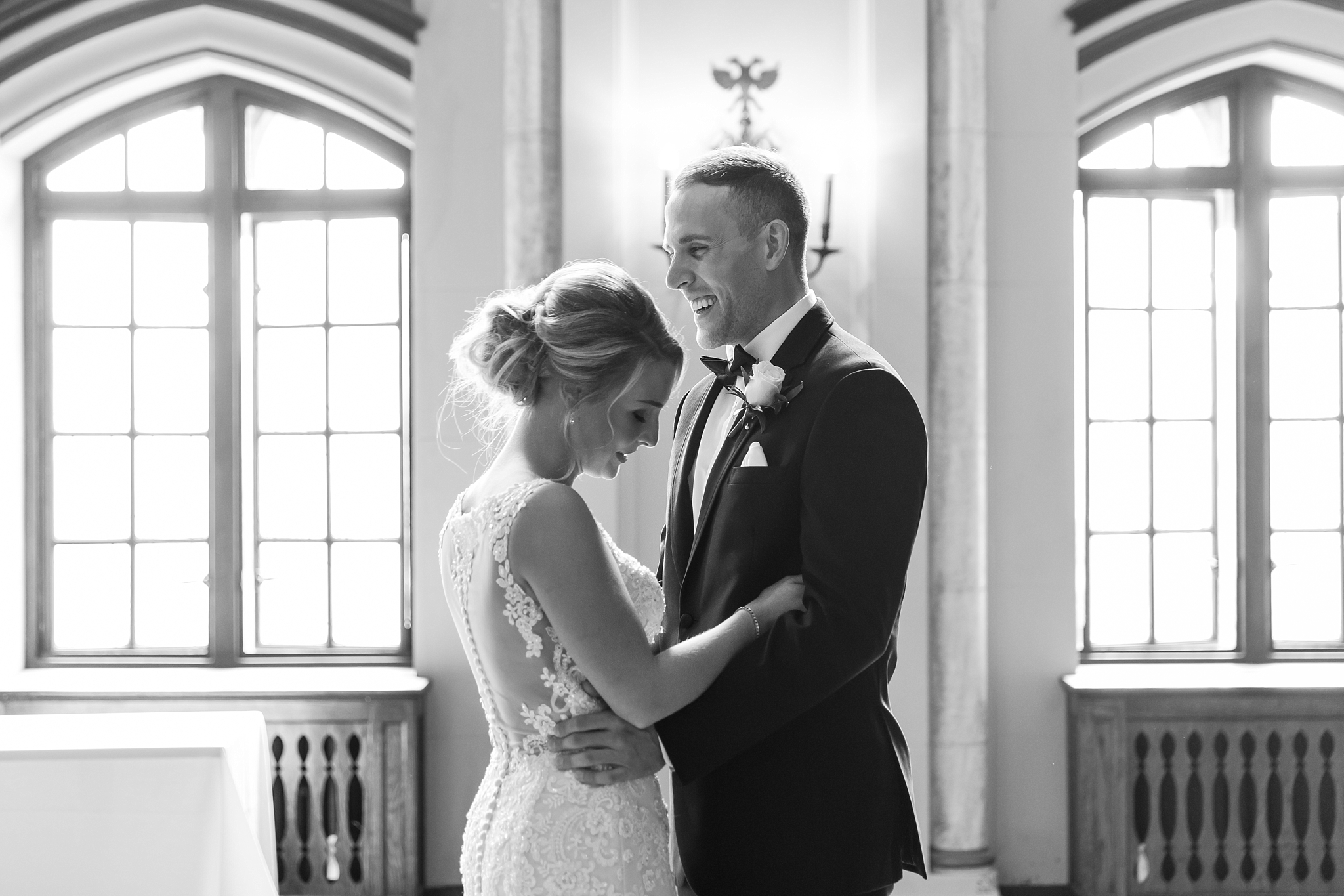 candid-romantic-wedding-photos-at-the-masonic-temple-belle-isle-detroit-institute-of-arts-in-detroit-michigan-by-courtney-carolyn-photography_0026.jpg