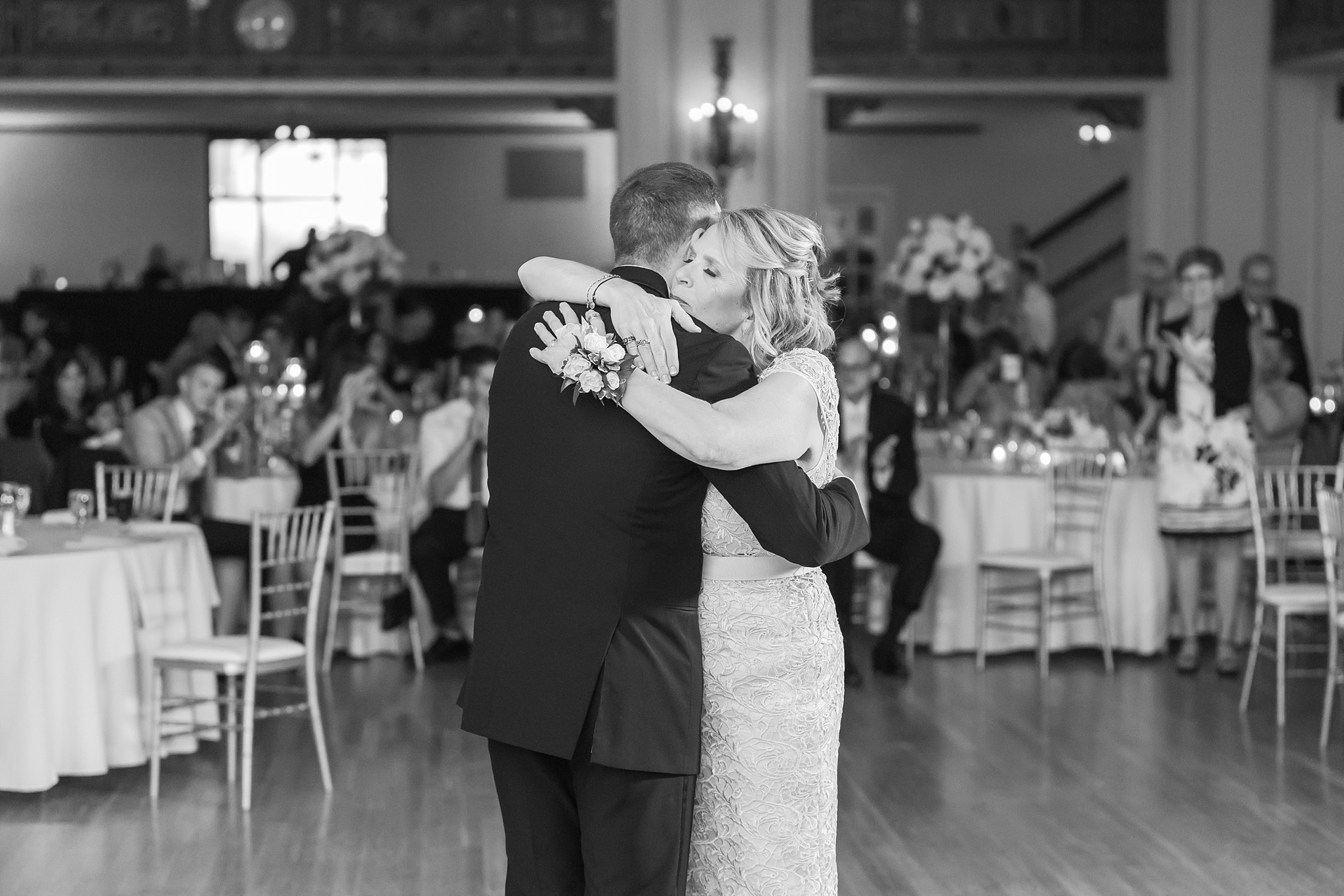 candid-romantic-wedding-photos-at-the-masonic-temple-belle-isle-detroit-institute-of-arts-in-detroit-michigan-by-courtney-carolyn-photography_0114.jpg
