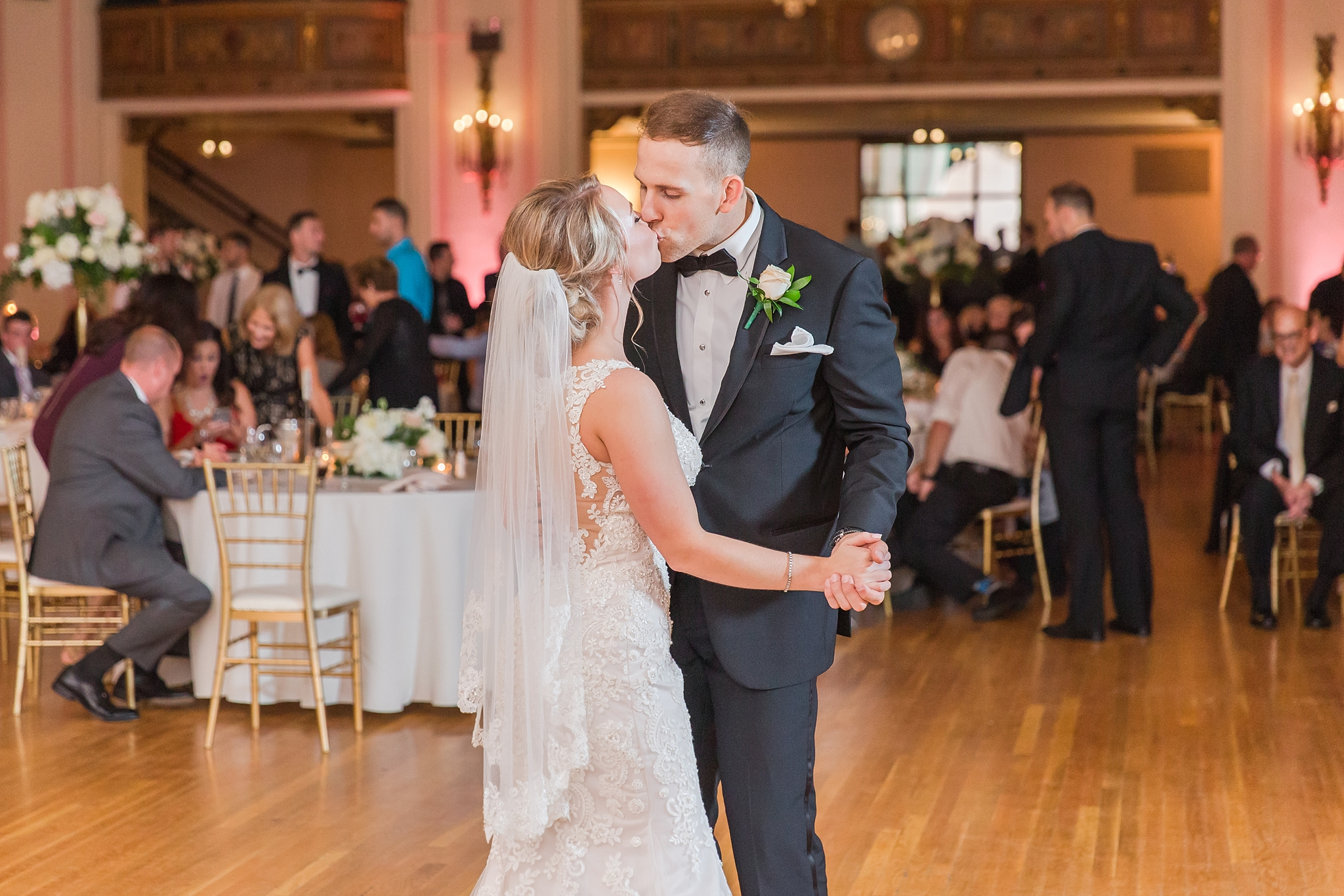 candid-romantic-wedding-photos-at-the-masonic-temple-belle-isle-detroit-institute-of-arts-in-detroit-michigan-by-courtney-carolyn-photography_0116.jpg