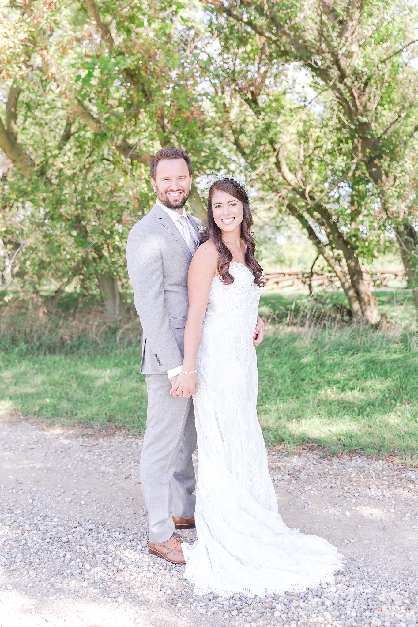 natural-rustic-wedding-photos-at-frutig-farms-the-valley-in-ann-arbor-michigan-by-courtney-carolyn-photography_0031.jpg