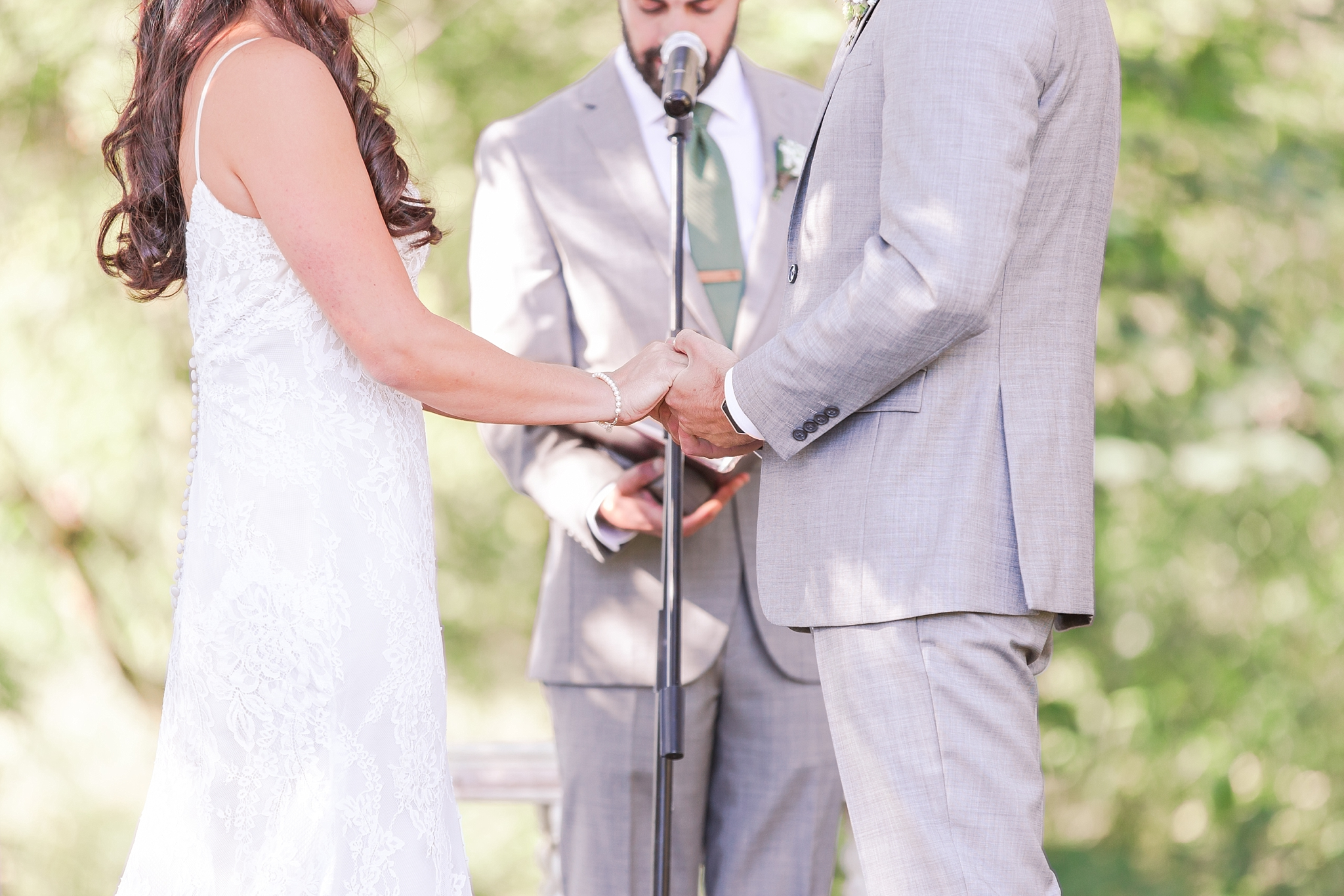 natural-rustic-wedding-photos-at-frutig-farms-the-valley-in-ann-arbor-michigan-by-courtney-carolyn-photography_0066.jpg
