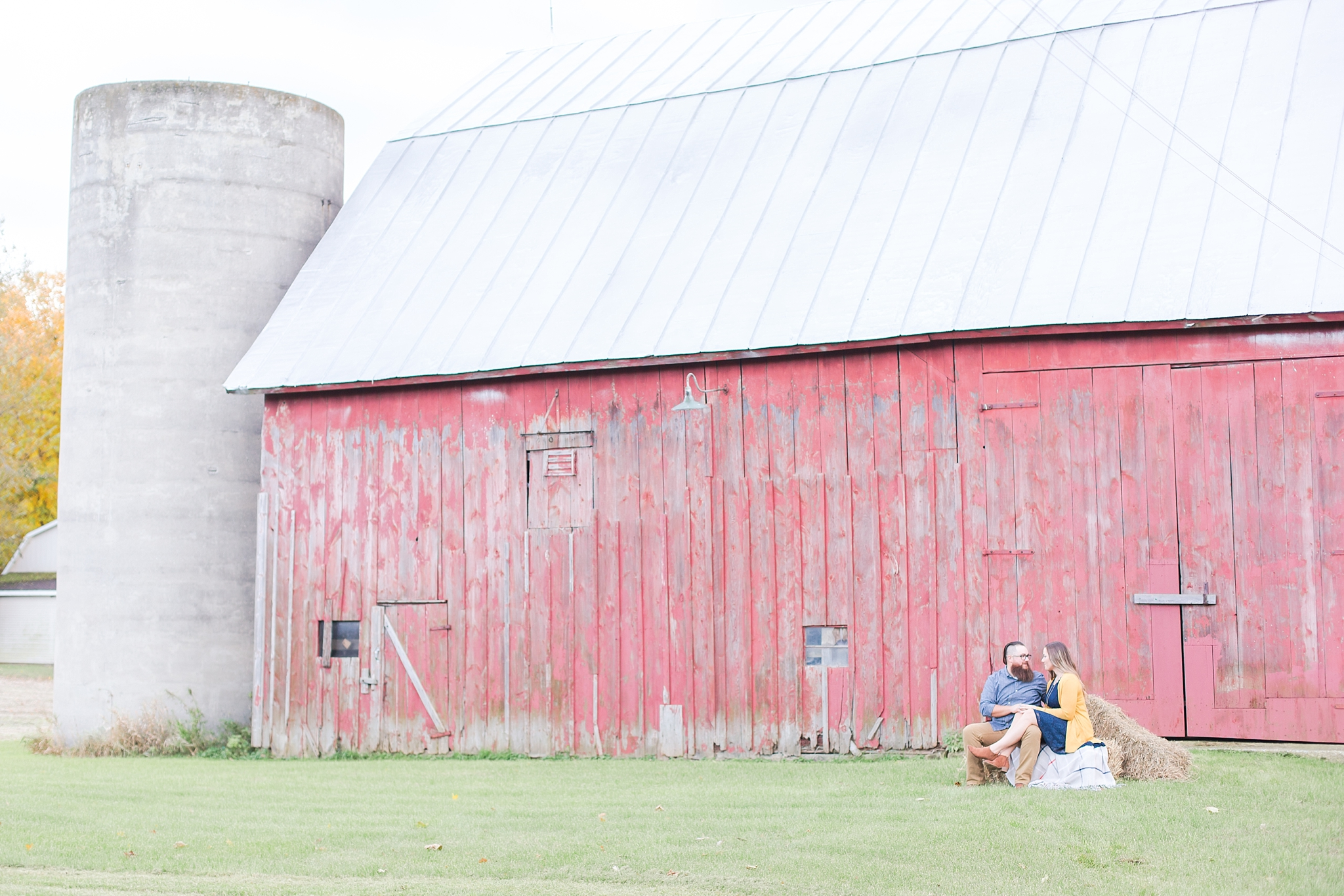 cozy-fall-engagement-photos-at-an-old-family-farm-in-monroe-michigan-by-courtney-carolyn-photography_0012.jpg