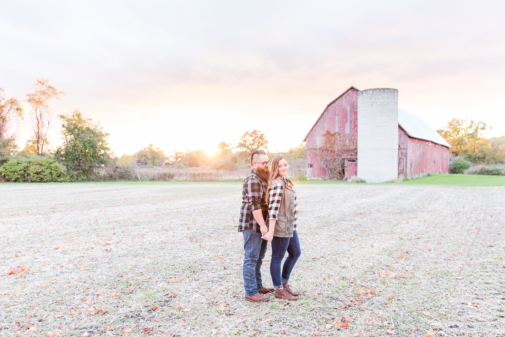 cozy-fall-engagement-photos-at-an-old-family-farm-in-monroe-michigan-by-courtney-carolyn-photography_0027.jpg