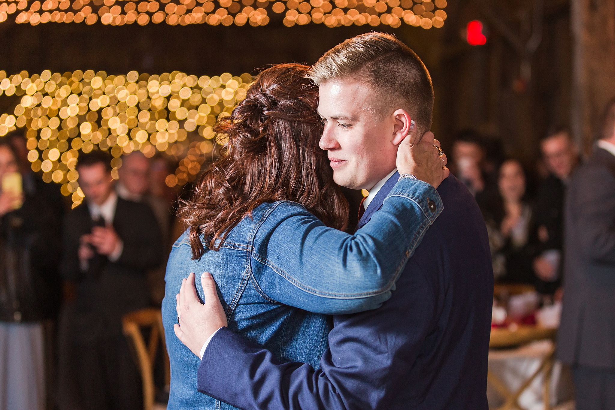 rustic-whimsical-wedding-photos-the-vale-royal-barn-in-fenton-michigan-by-courtney-carolyn-photography_0099.jpg