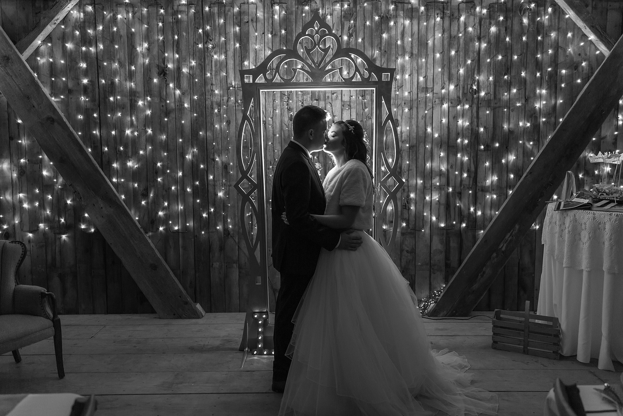 rustic-whimsical-wedding-photos-the-vale-royal-barn-in-fenton-michigan-by-courtney-carolyn-photography_0107.jpg