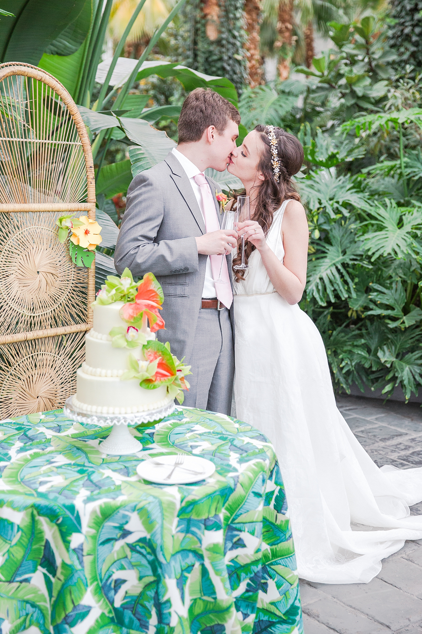 colorful-tropical-wedding-photos-at-the-crystal-gardens-in-chicago-illinois-by-courtney-carolyn-photography_0049.jpg