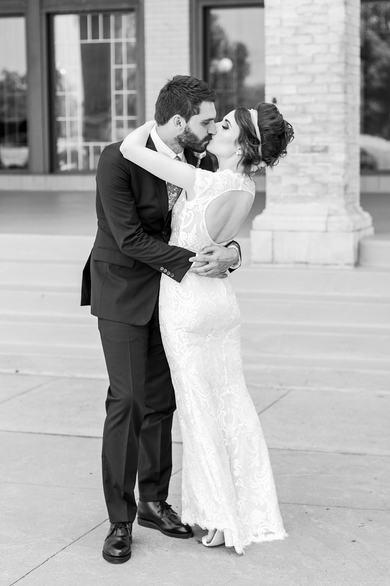 joyful-romantic-modern-laid-back-wedding-photography-in-detroit-ann-arbor-northern-mi-and-chicago-by-courtney-carolyn-photography_0010.jpg