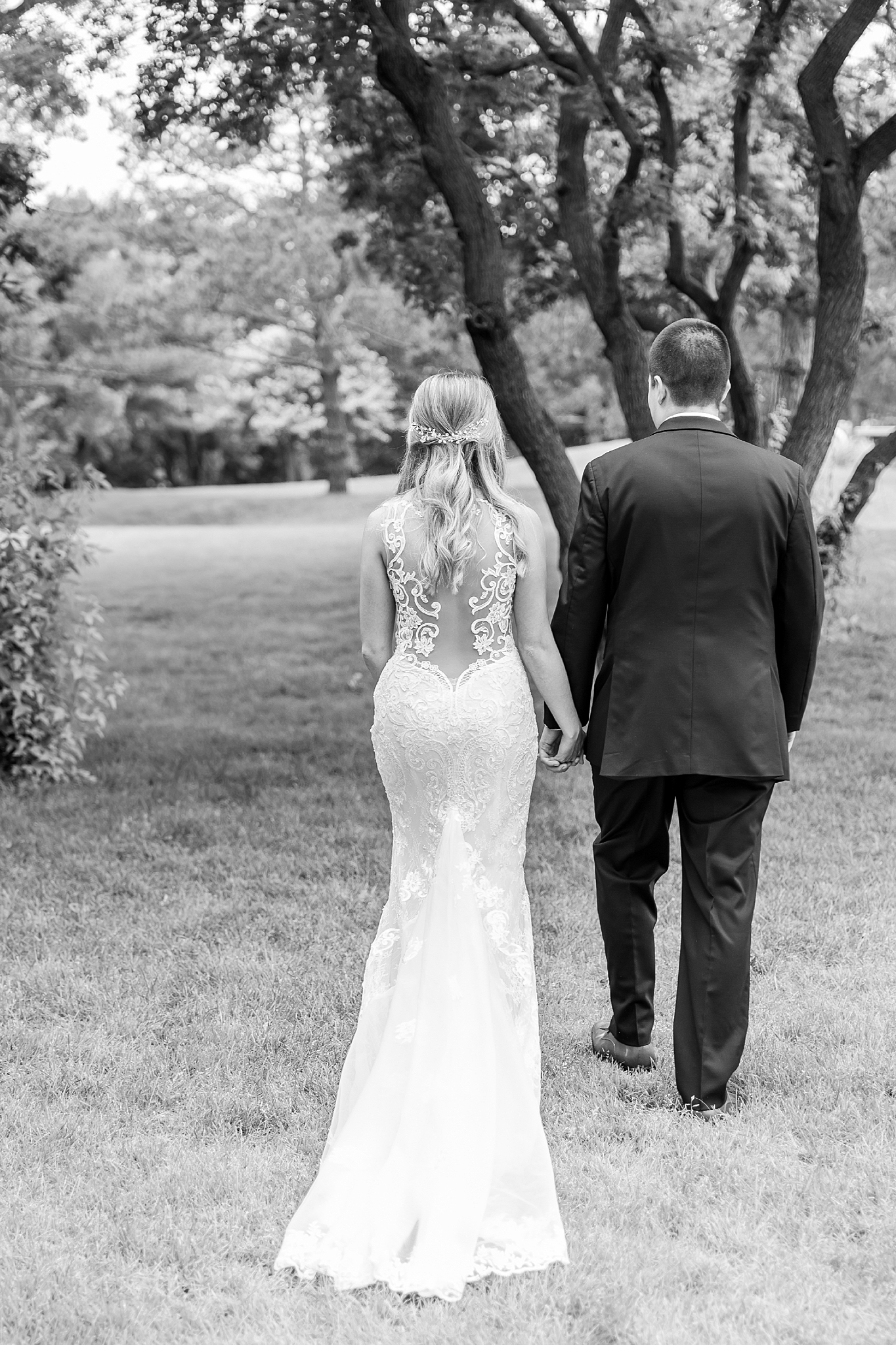 joyful-romantic-modern-laid-back-wedding-photography-in-detroit-ann-arbor-northern-mi-and-chicago-by-courtney-carolyn-photography_0021.jpg