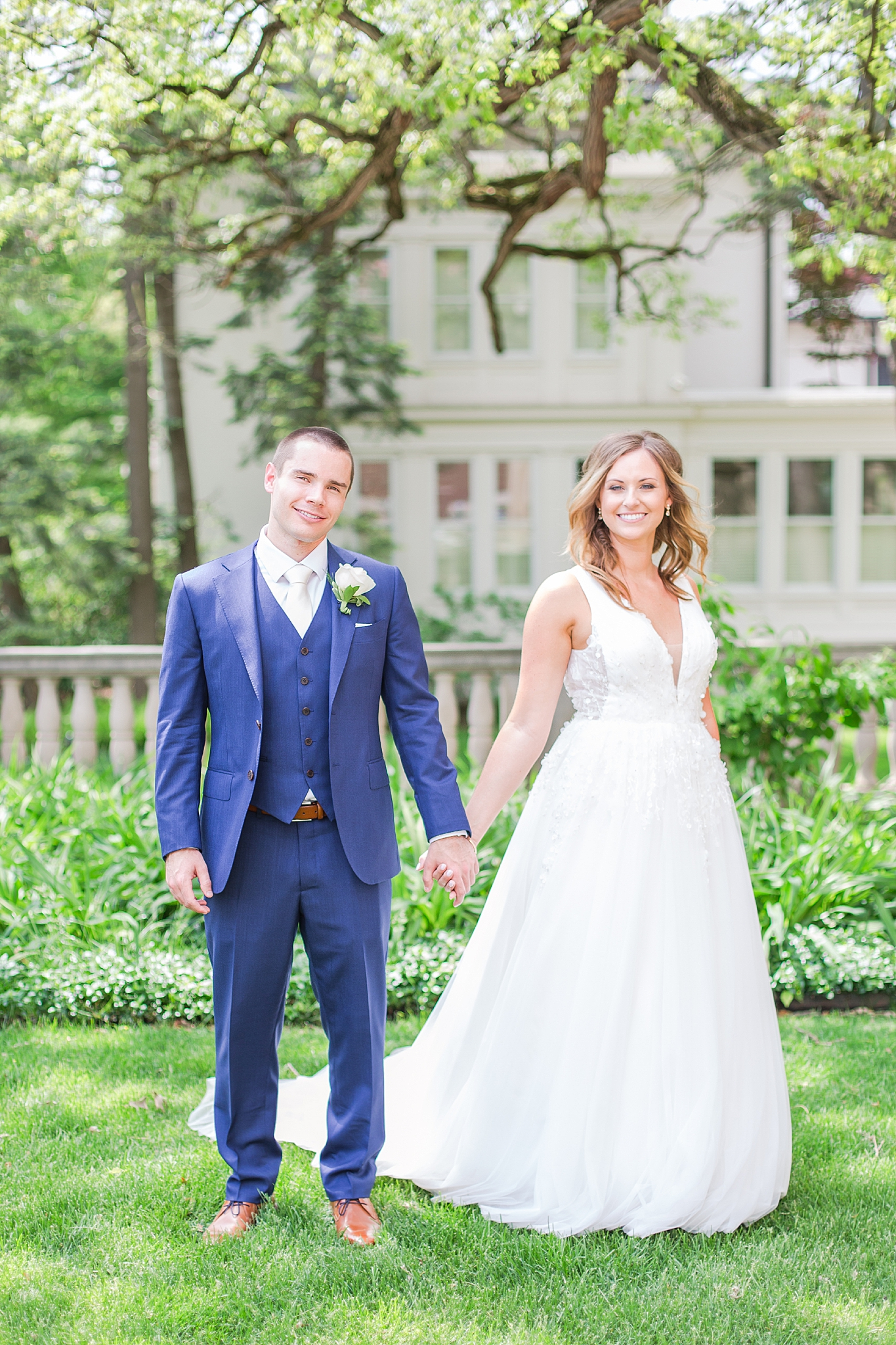 joyful-romantic-modern-laid-back-wedding-photography-in-detroit-ann-arbor-northern-mi-and-chicago-by-courtney-carolyn-photography_0037.jpg