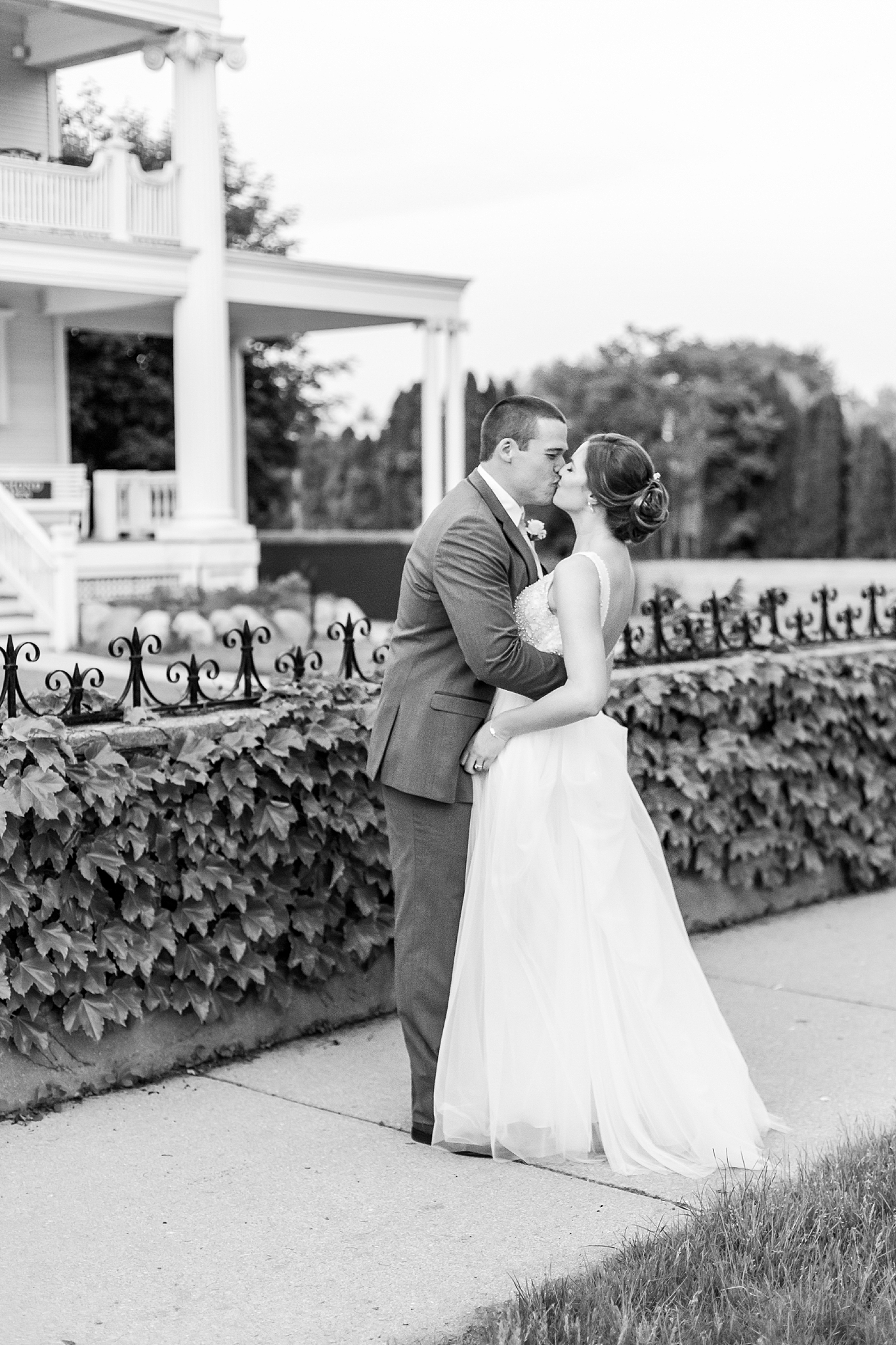 joyful-romantic-modern-laid-back-wedding-photography-in-detroit-ann-arbor-northern-mi-and-chicago-by-courtney-carolyn-photography_0038.jpg