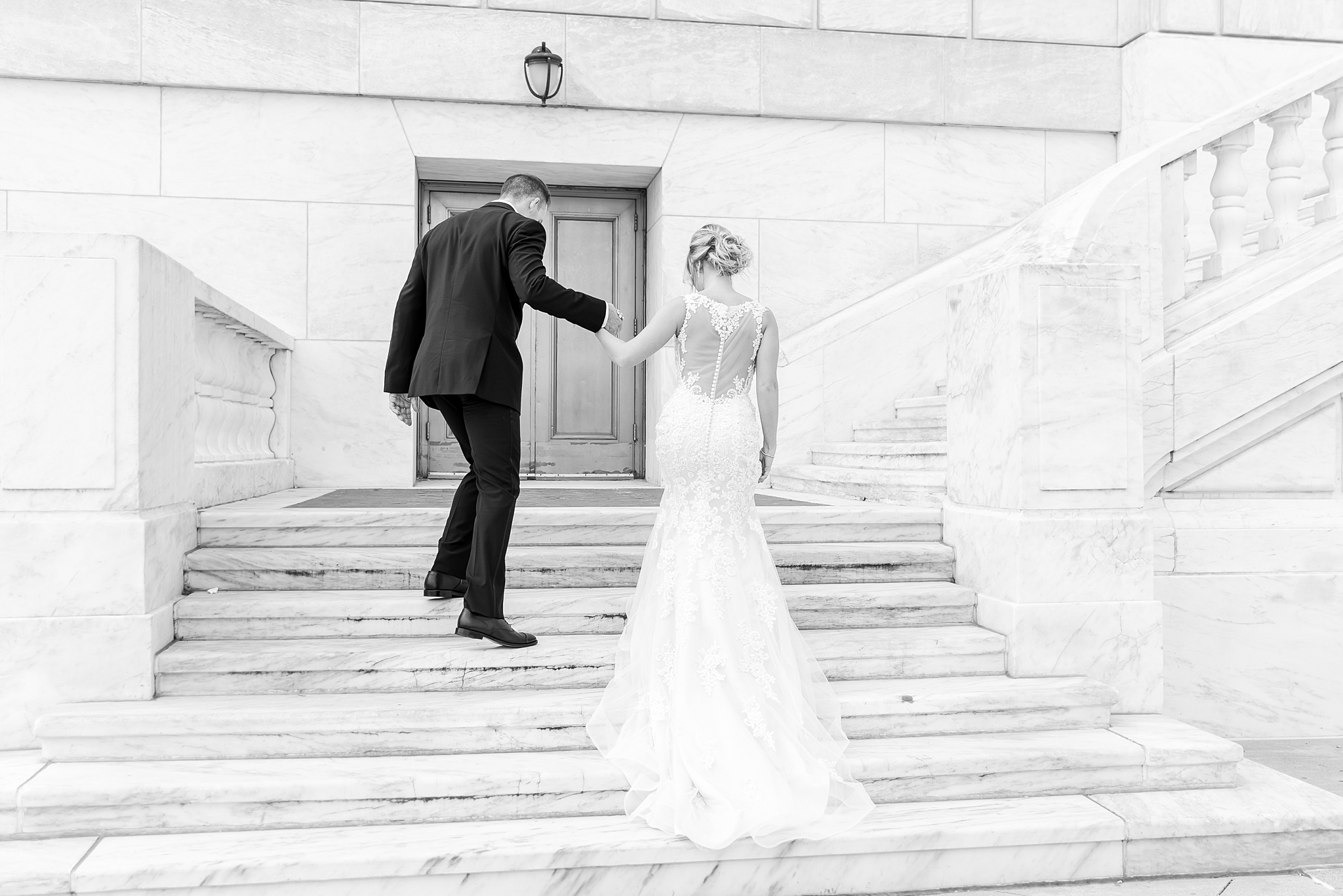 masonic-temple-iconic-wedding-photography-in-detroit-michigan-by-courtney-carolyn-photography_0038.jpg