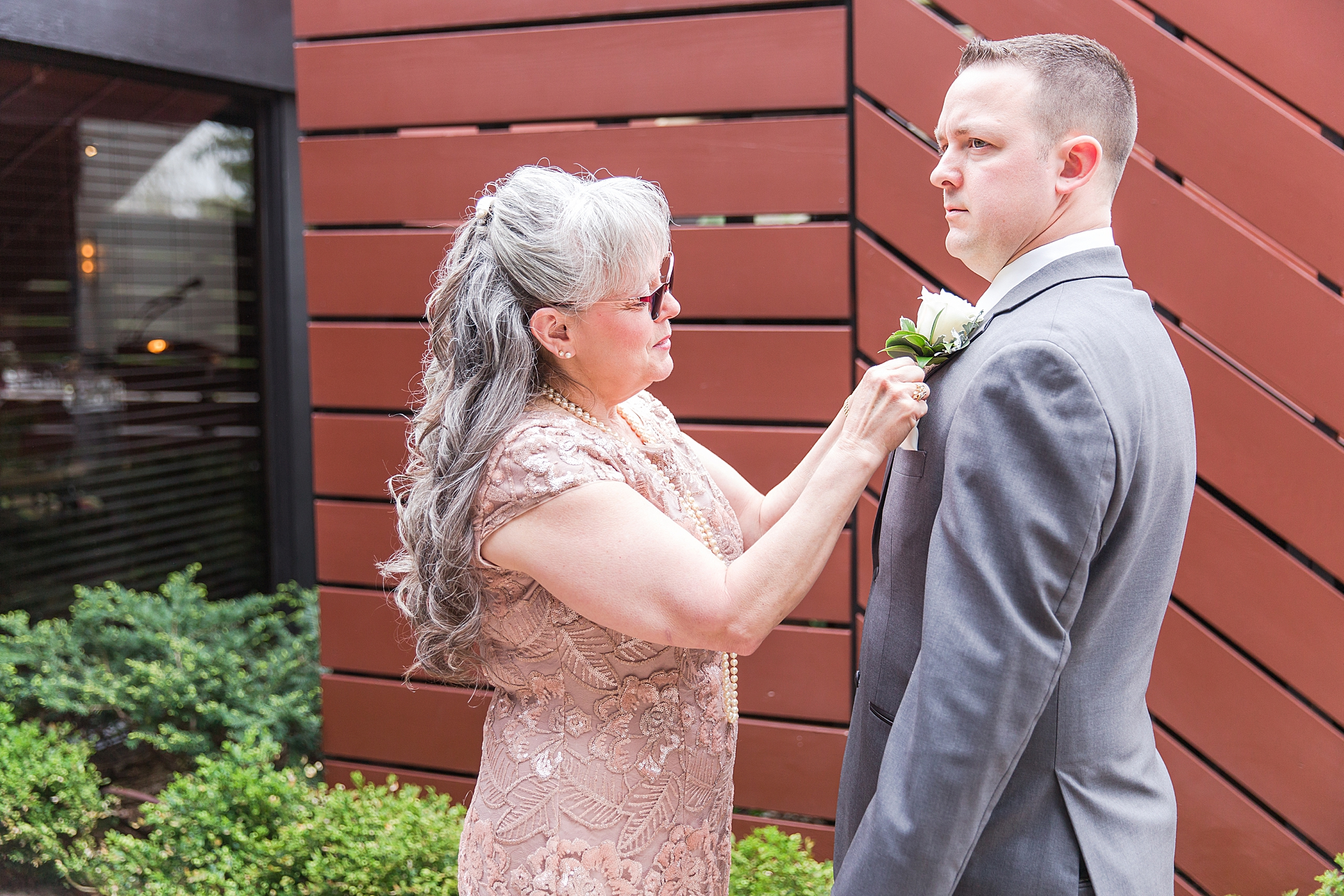 modern-romantic-wedding-photography-at-webers-in-ann-arbor-michigan-by-courtney-carolyn-photography_0016.jpg
