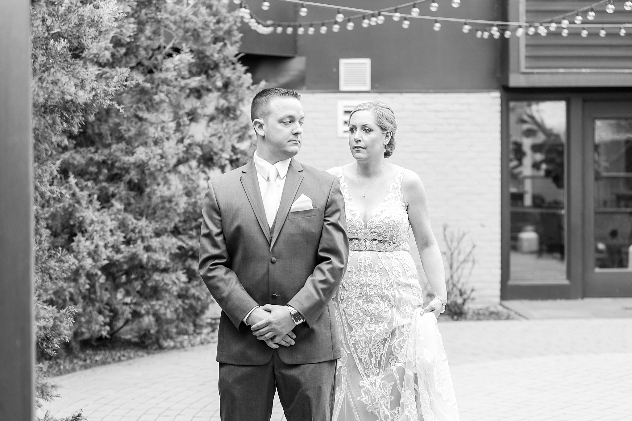 modern-romantic-wedding-photography-at-webers-in-ann-arbor-michigan-by-courtney-carolyn-photography_0019.jpg