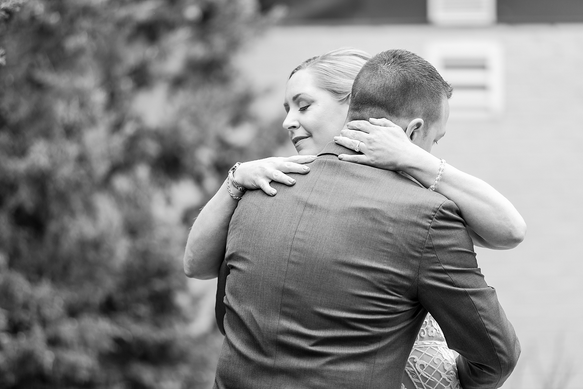 modern-romantic-wedding-photography-at-webers-in-ann-arbor-michigan-by-courtney-carolyn-photography_0021.jpg