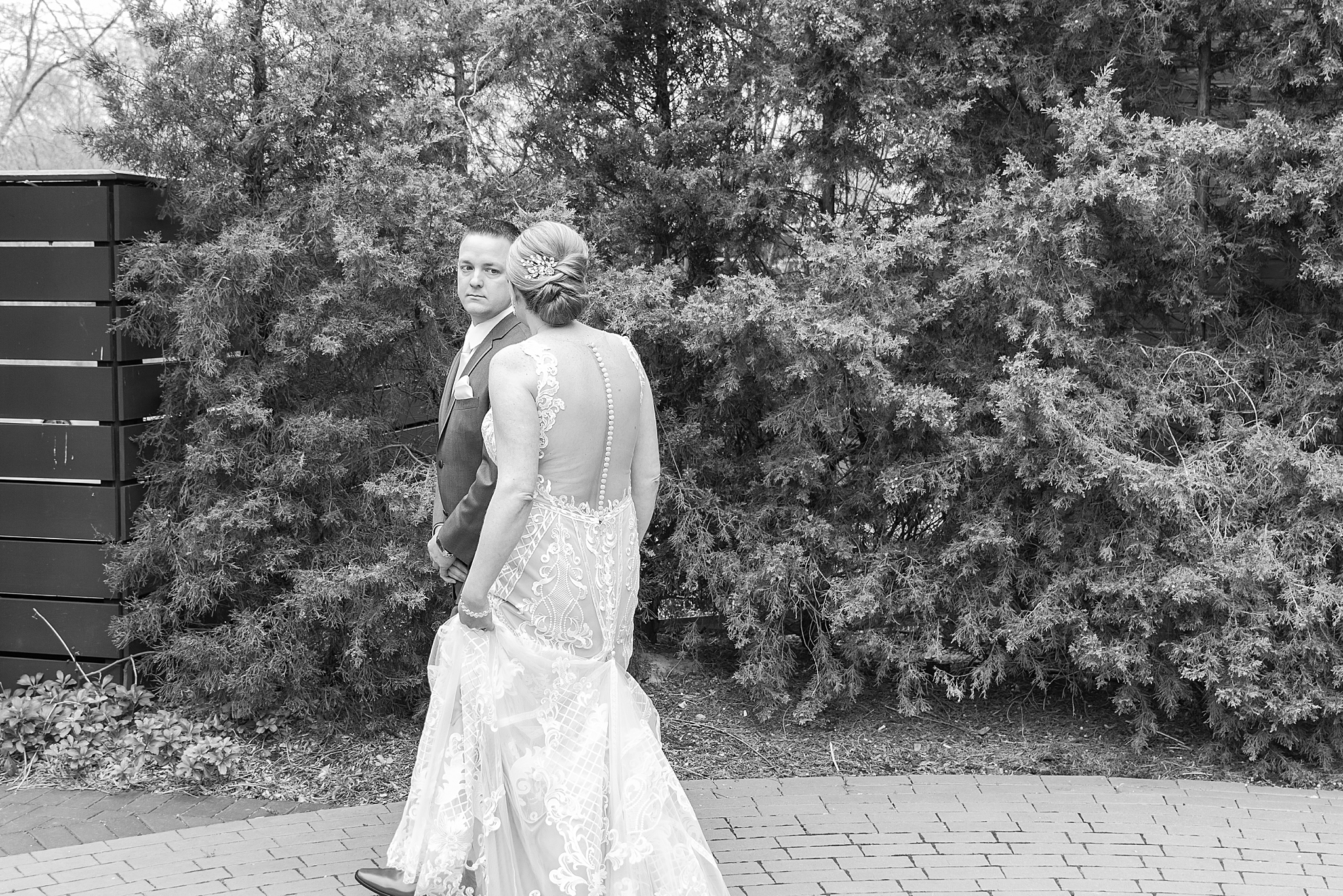 modern-romantic-wedding-photography-at-webers-in-ann-arbor-michigan-by-courtney-carolyn-photography_0020.jpg
