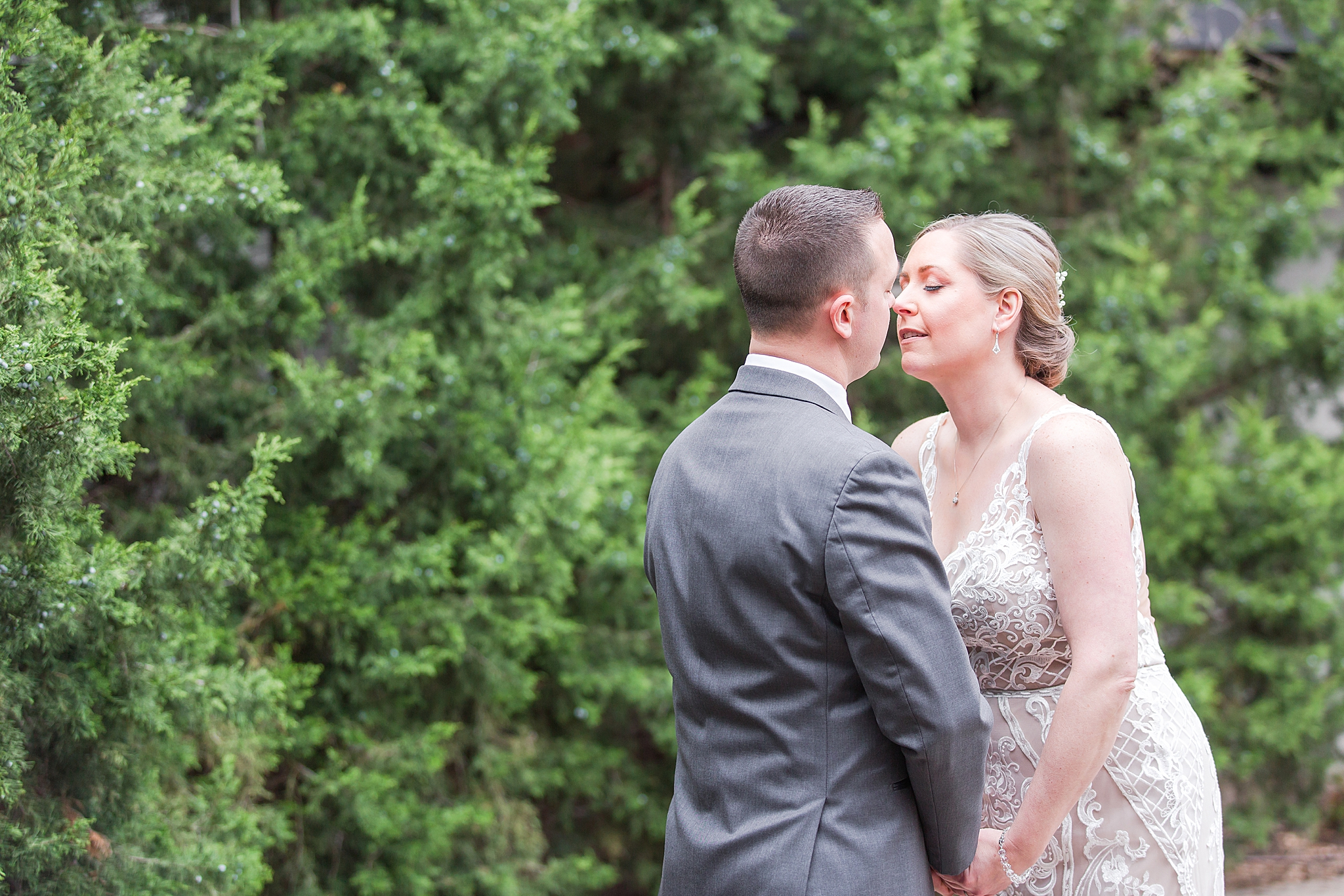 modern-romantic-wedding-photography-at-webers-in-ann-arbor-michigan-by-courtney-carolyn-photography_0023.jpg