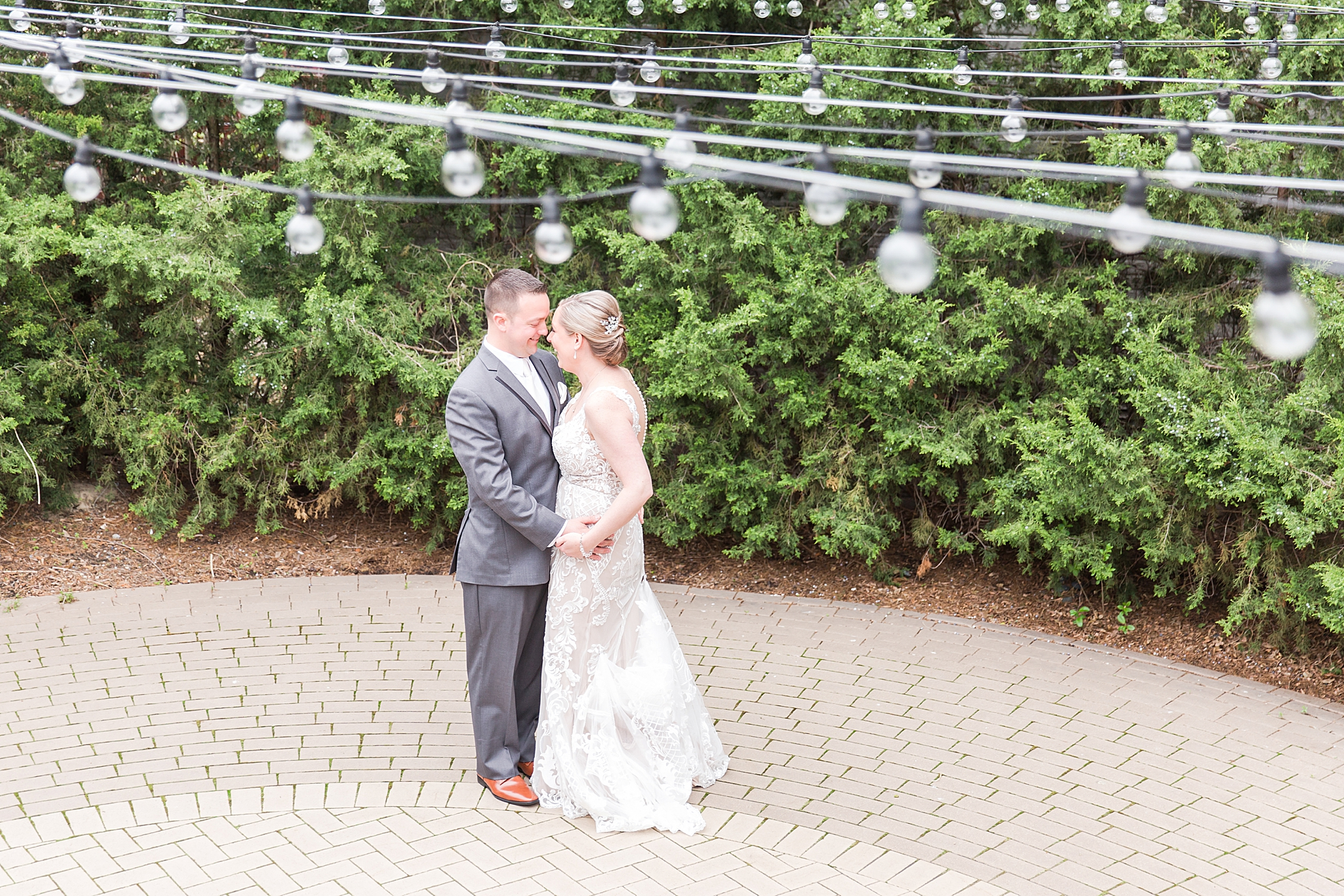 modern-romantic-wedding-photography-at-webers-in-ann-arbor-michigan-by-courtney-carolyn-photography_0026.jpg