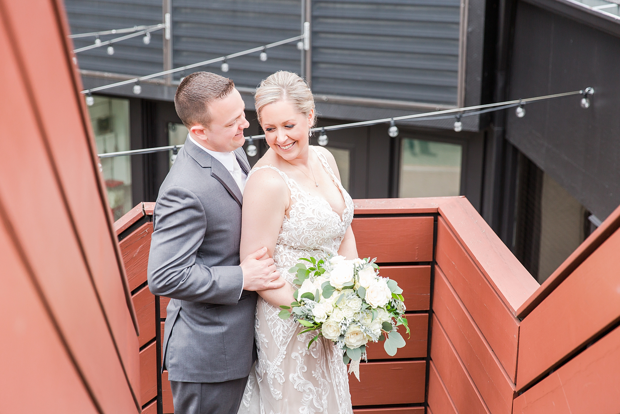modern-romantic-wedding-photography-at-webers-in-ann-arbor-michigan-by-courtney-carolyn-photography_0030.jpg