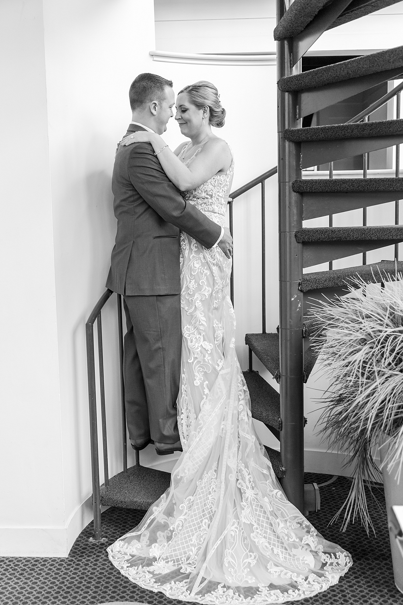 modern-romantic-wedding-photography-at-webers-in-ann-arbor-michigan-by-courtney-carolyn-photography_0033.jpg