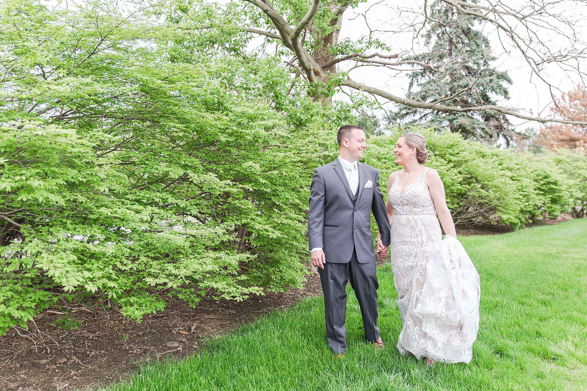 modern-romantic-wedding-photography-at-webers-in-ann-arbor-michigan-by-courtney-carolyn-photography_0042.jpg