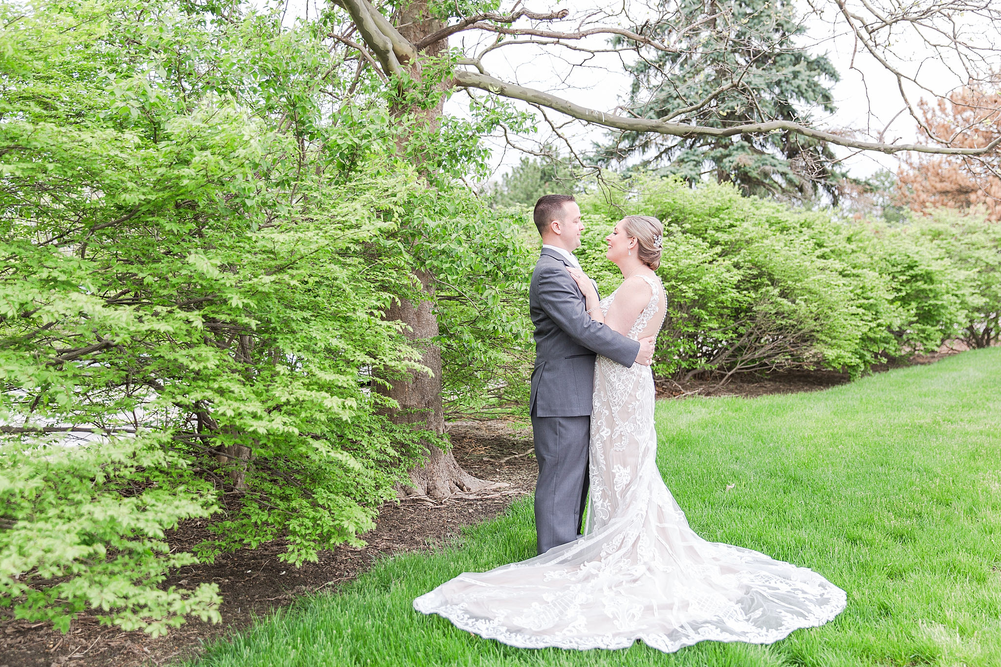 modern-romantic-wedding-photography-at-webers-in-ann-arbor-michigan-by-courtney-carolyn-photography_0049.jpg