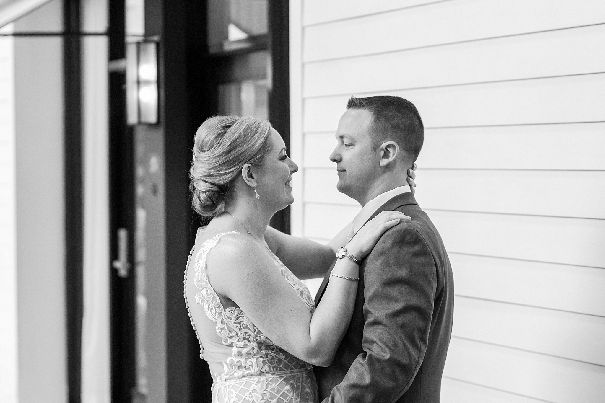 modern-romantic-wedding-photography-at-webers-in-ann-arbor-michigan-by-courtney-carolyn-photography_0050.jpg