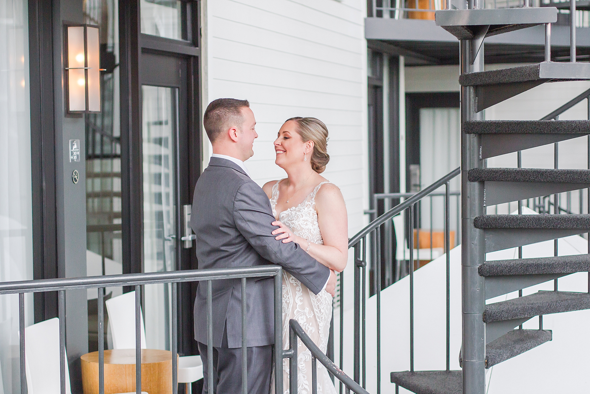 modern-romantic-wedding-photography-at-webers-in-ann-arbor-michigan-by-courtney-carolyn-photography_0053.jpg